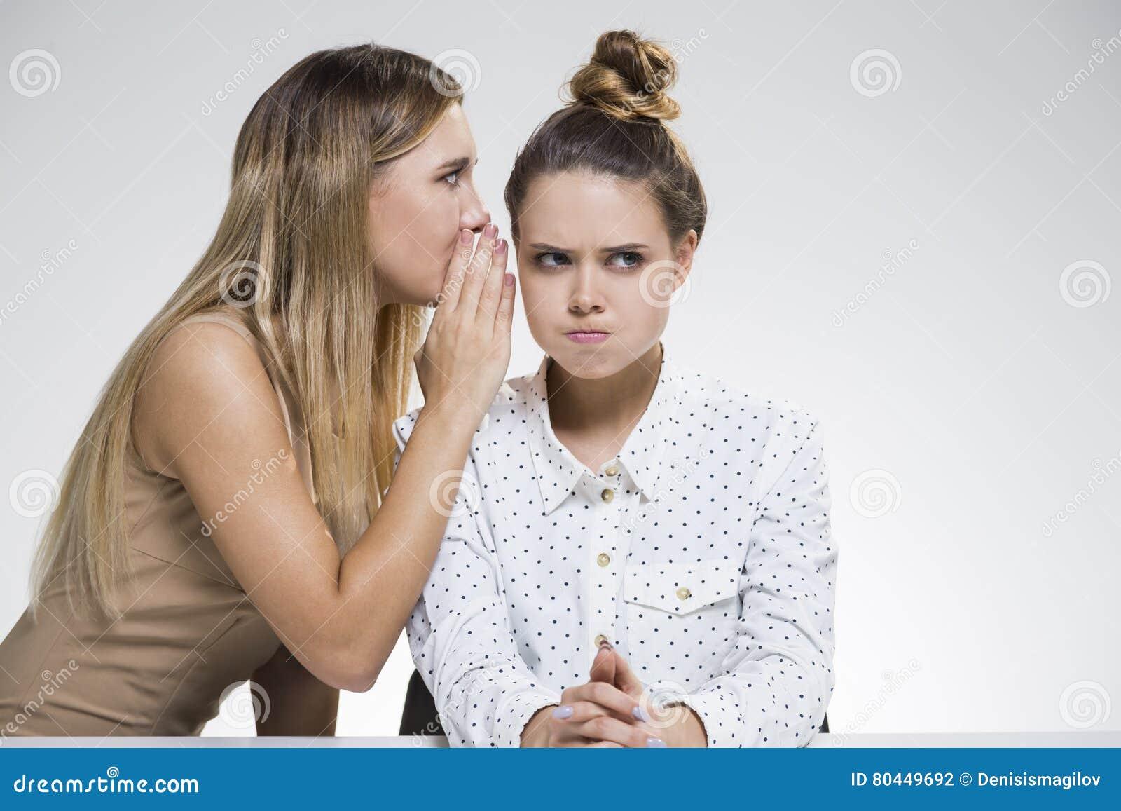Twee meisjes het roddelen Men is boos