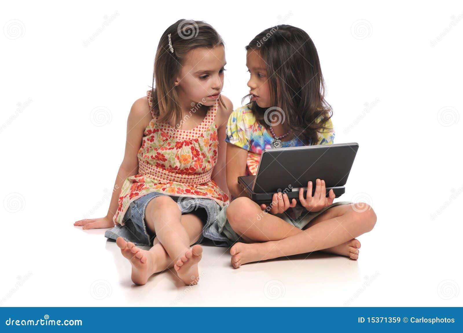 Twee meisjes met een laptop computer