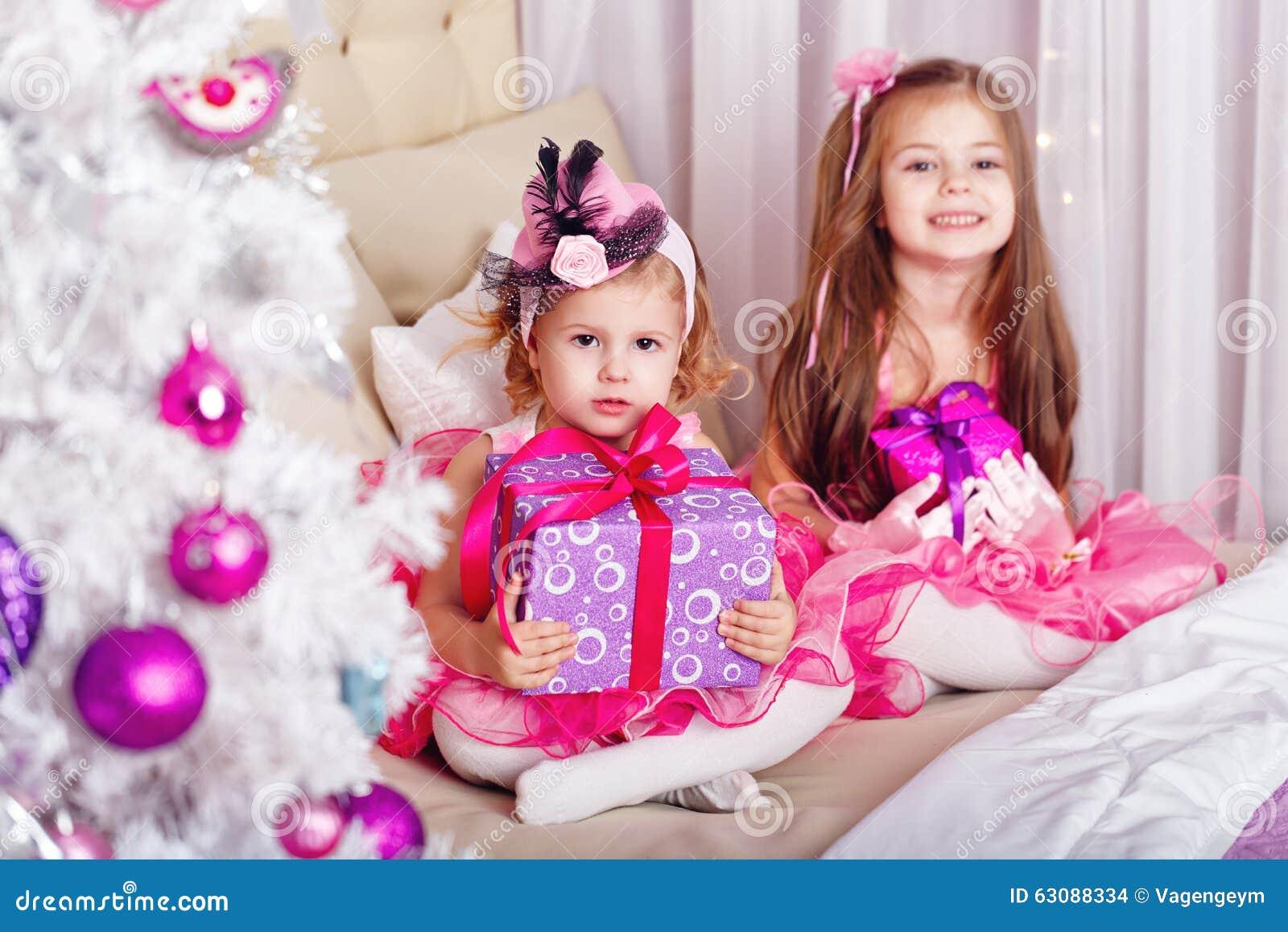 Twee meisjes met giften voor kerstmis stock foto afbeelding 63088334 - Ch amber voor twee ...
