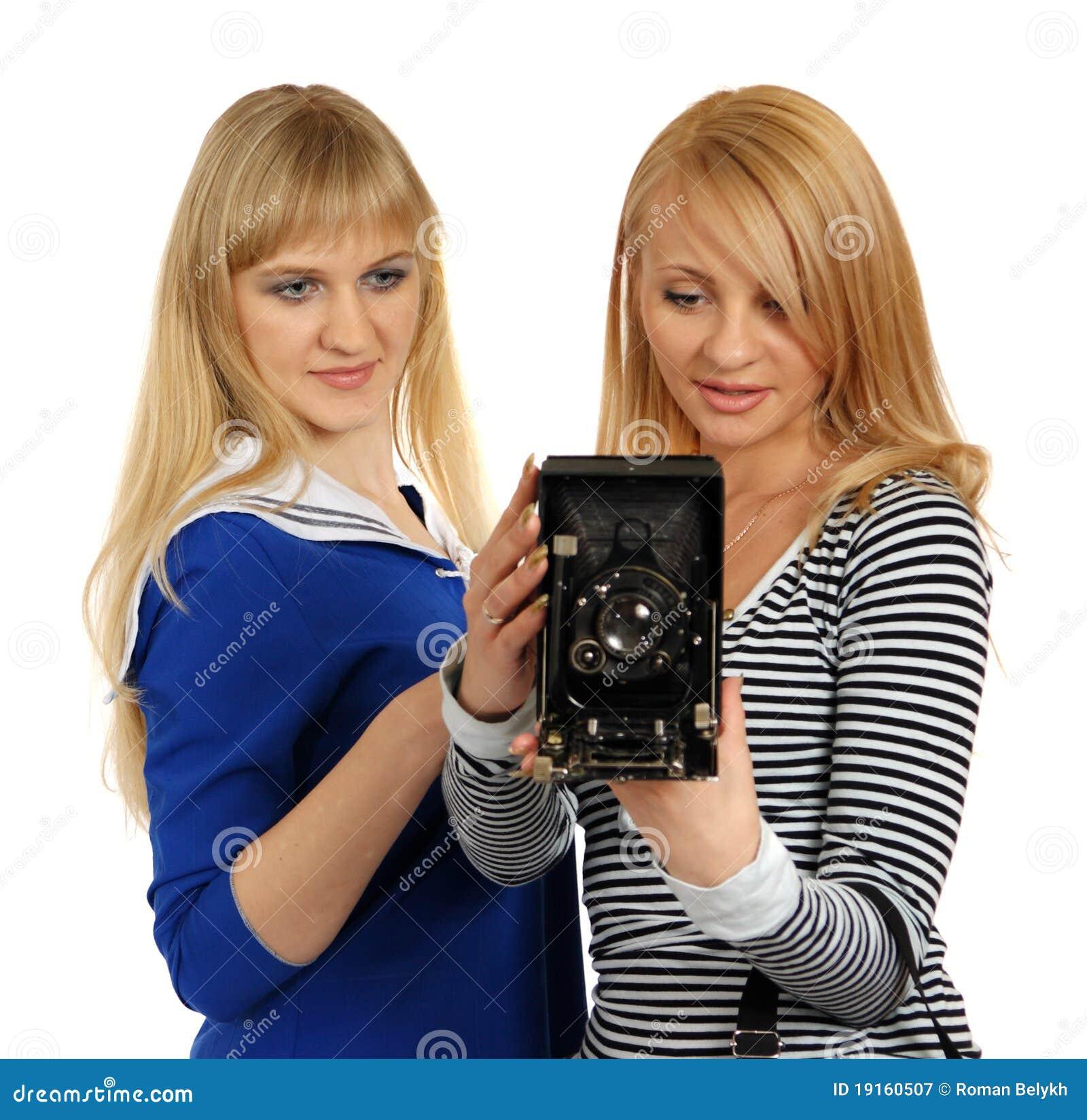 Twee meisjes met retro fotografische camera.