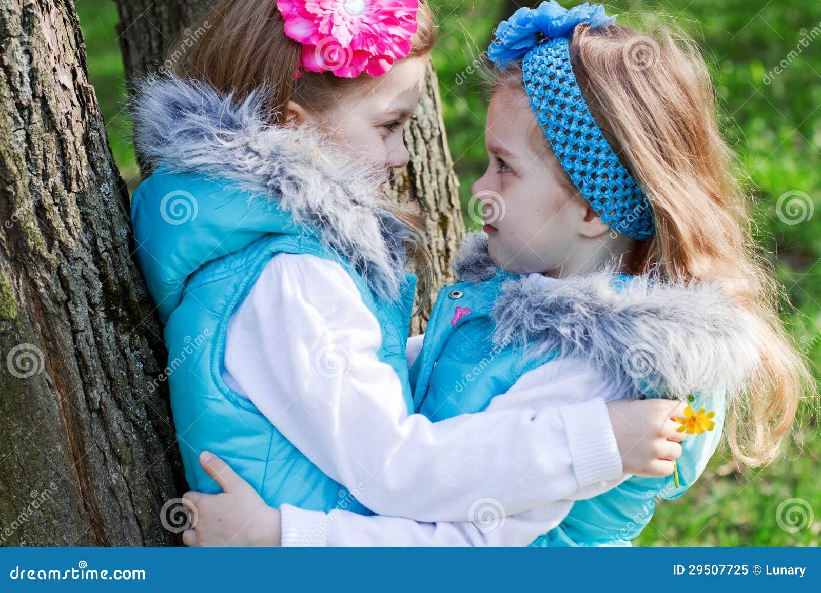 Twee meisjes in park in de lente