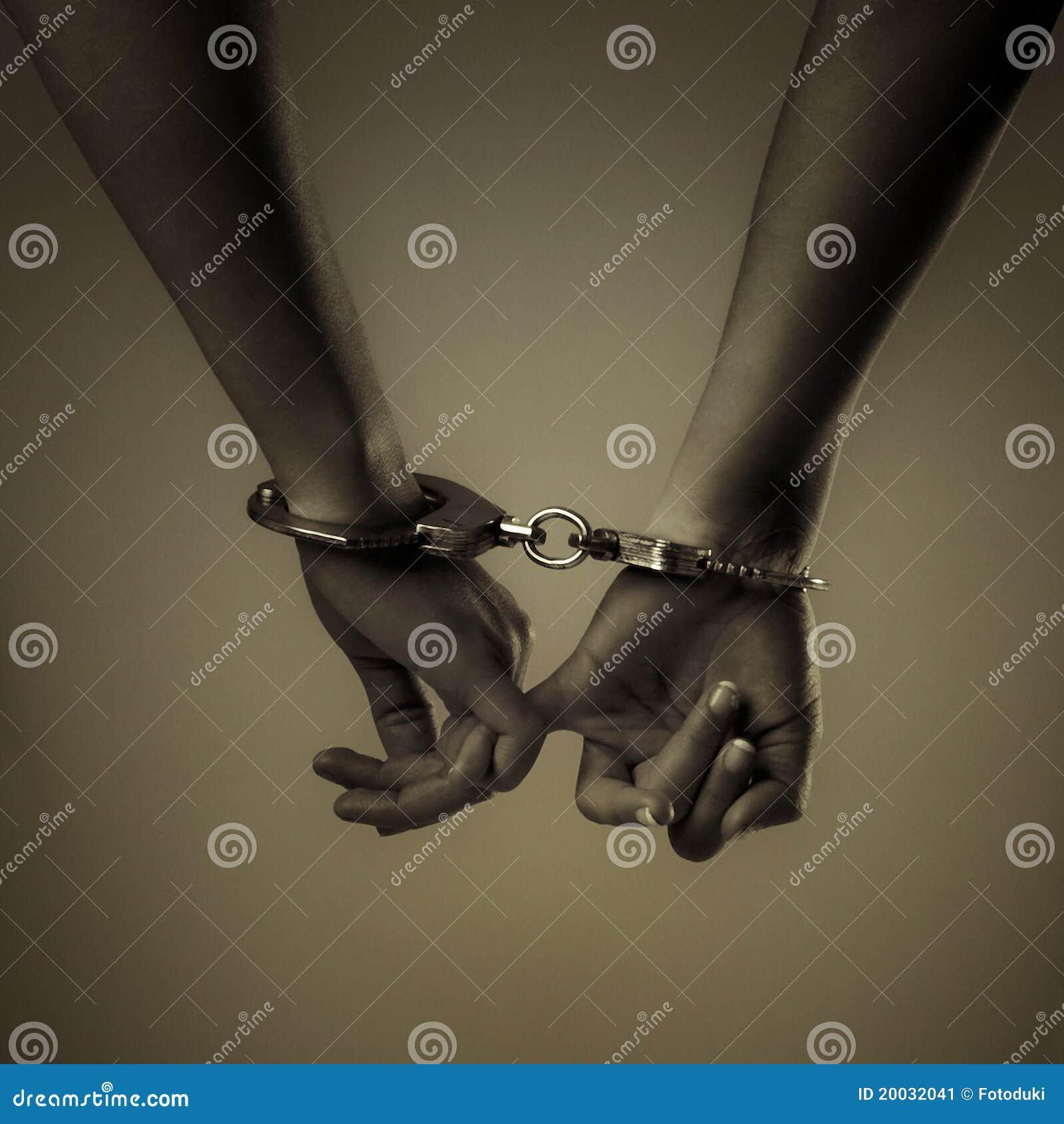 Twee meisjeshand en handcuffs