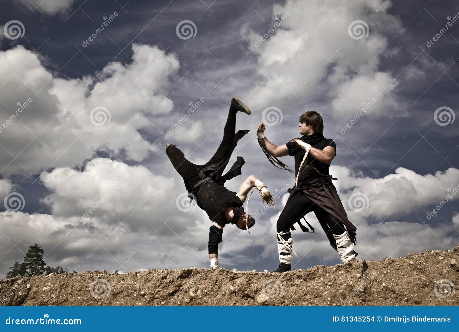 Twee mensen vechten