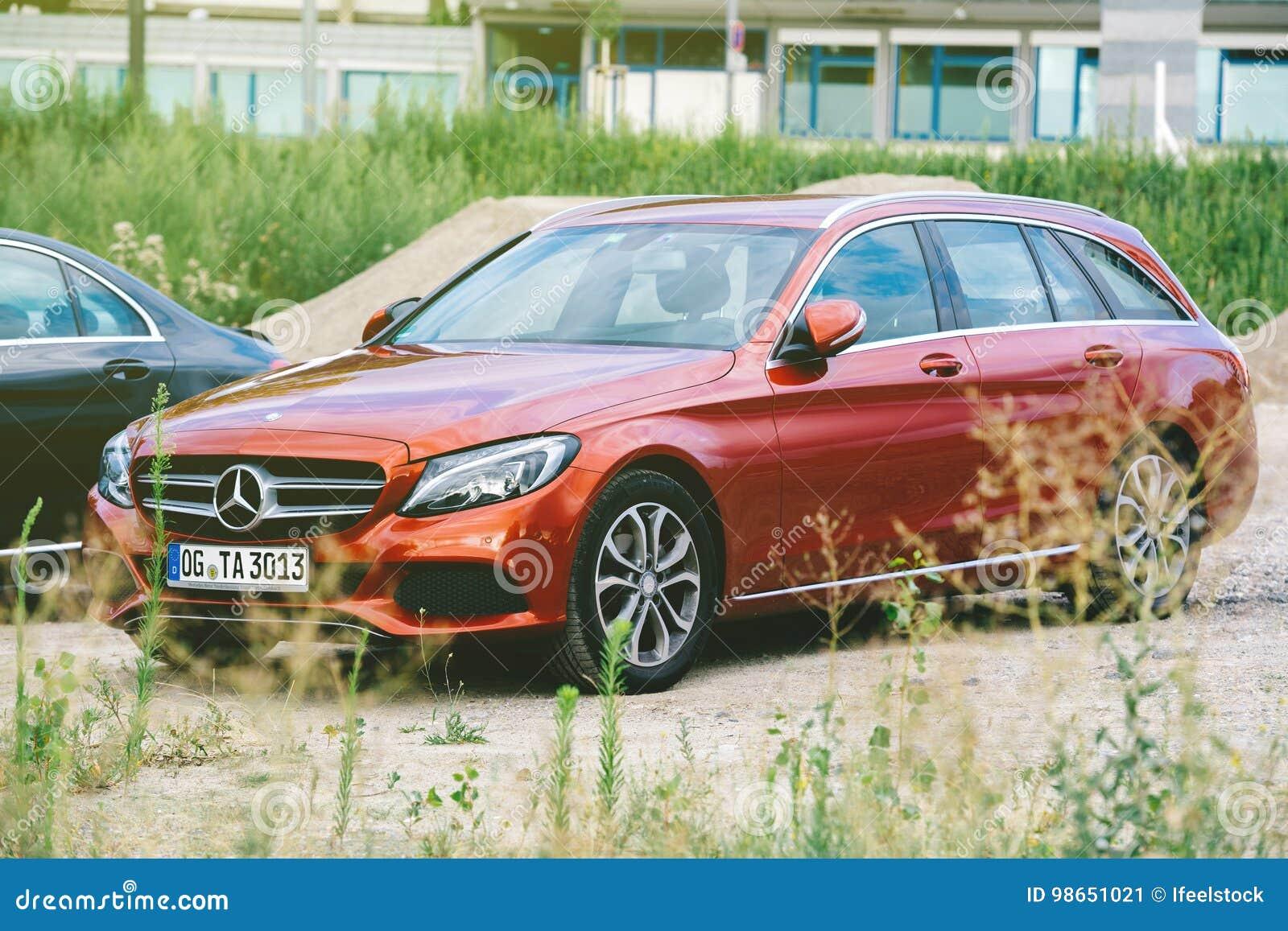 Twee Mercedes Benz C Klasse W205 Zwarte Sedan En Rode Postwago