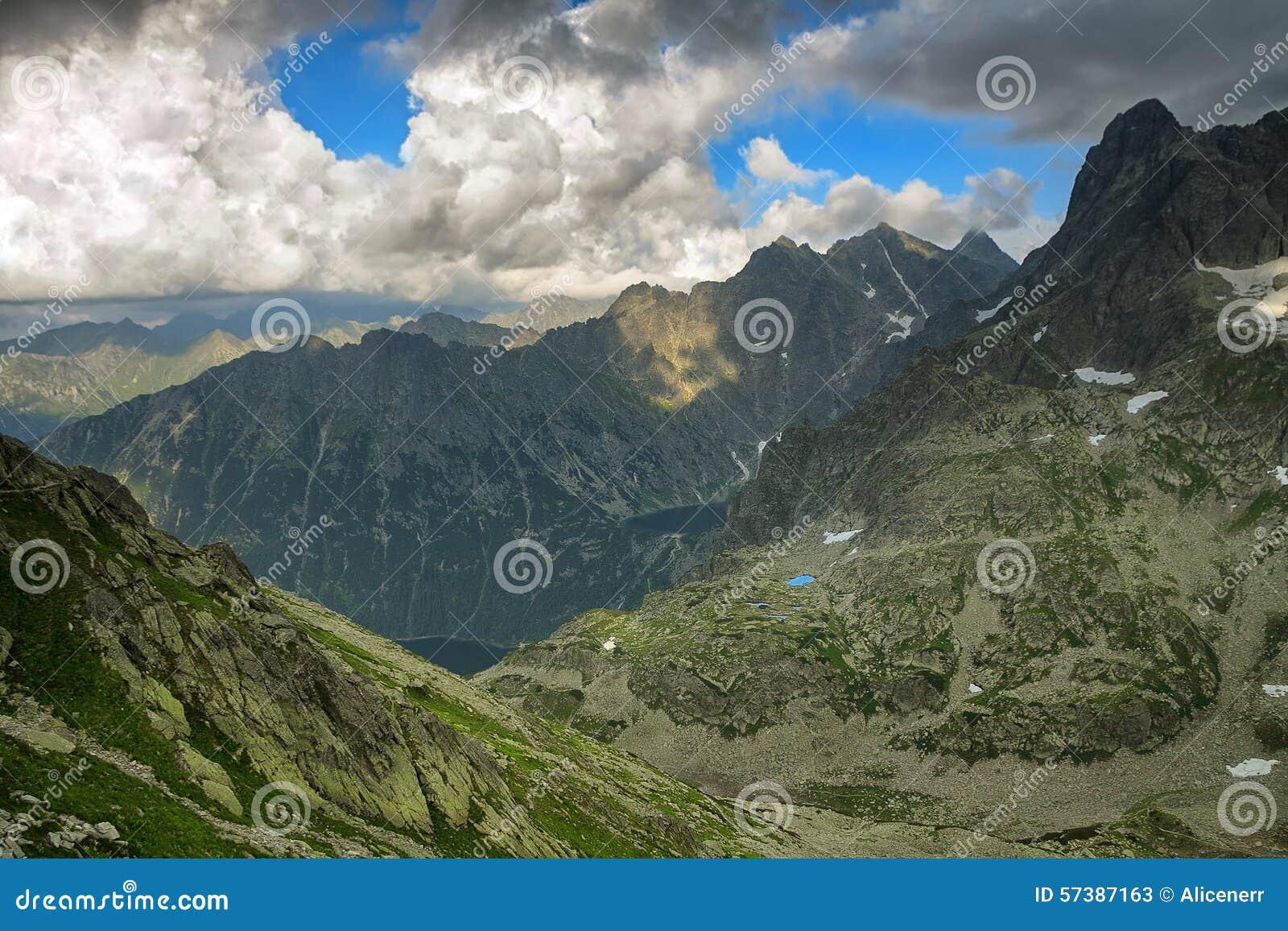 Twee meren verborgen hoogte in berg binnen - tussen rotsachtige pieken