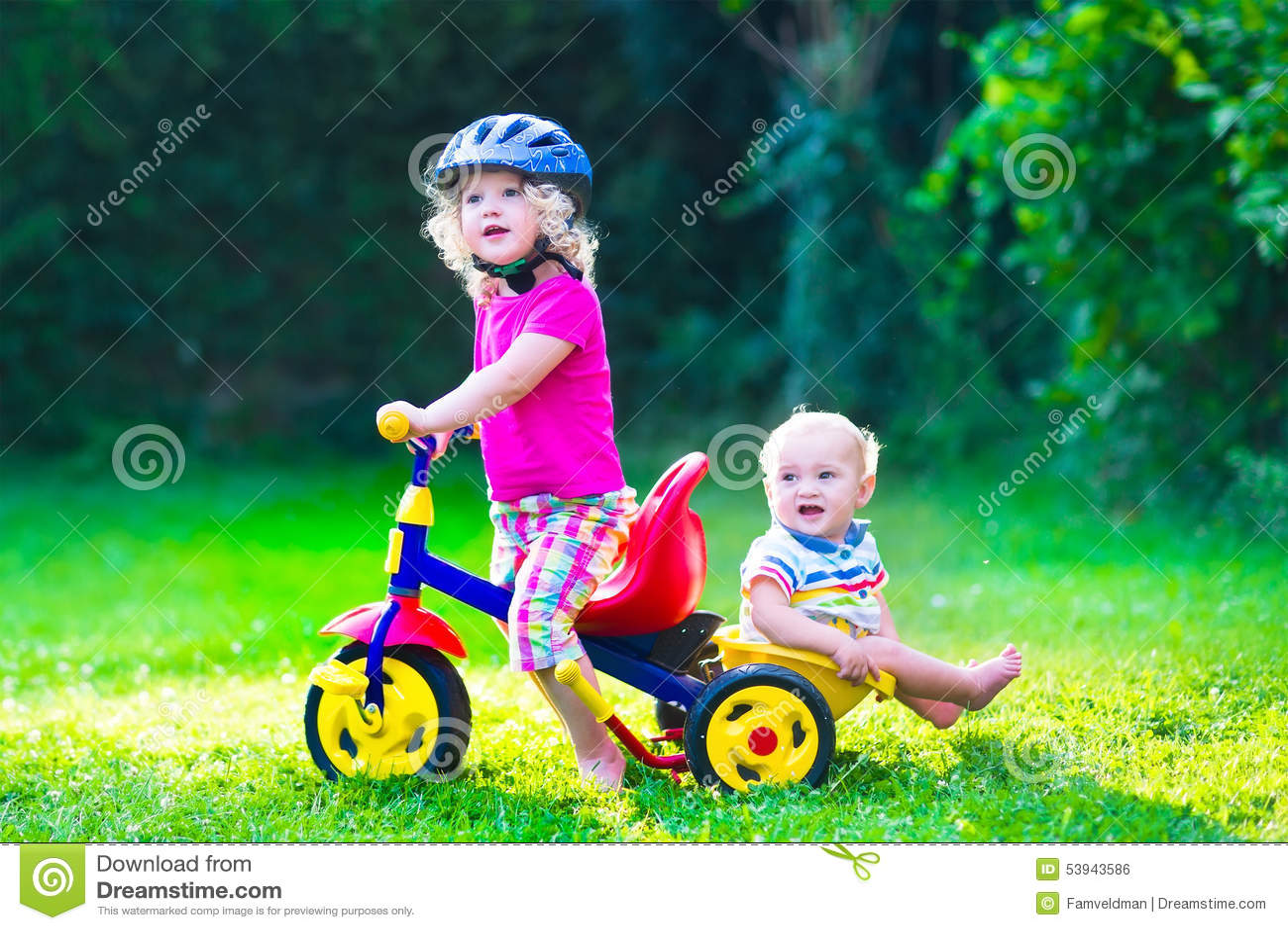 Twee mooie jonge geitjes op een fiets