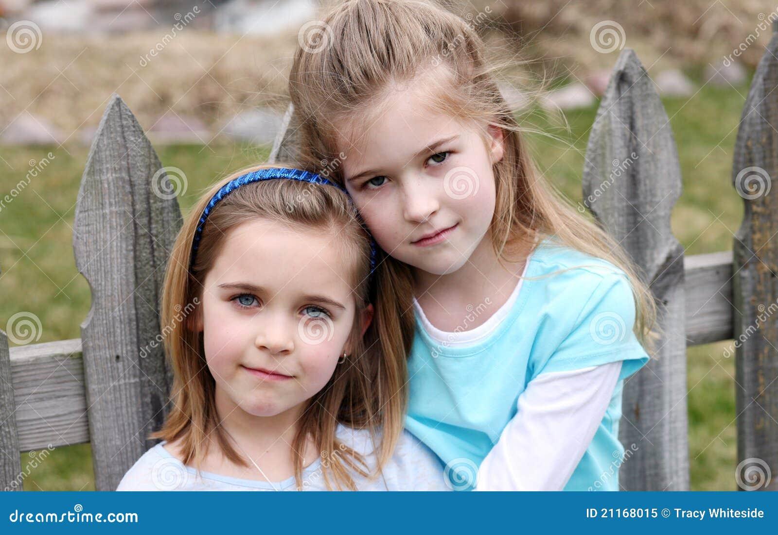 Twee mooie kleine blonde meisjes stock afbeelding afbeelding 21168015 - Foto slaapkamer klein meisje ...