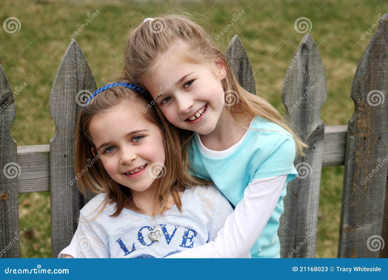 Twee mooie kleine blonde meisjes stock foto 39 s afbeelding 21168023 - Foto slaapkamer klein meisje ...