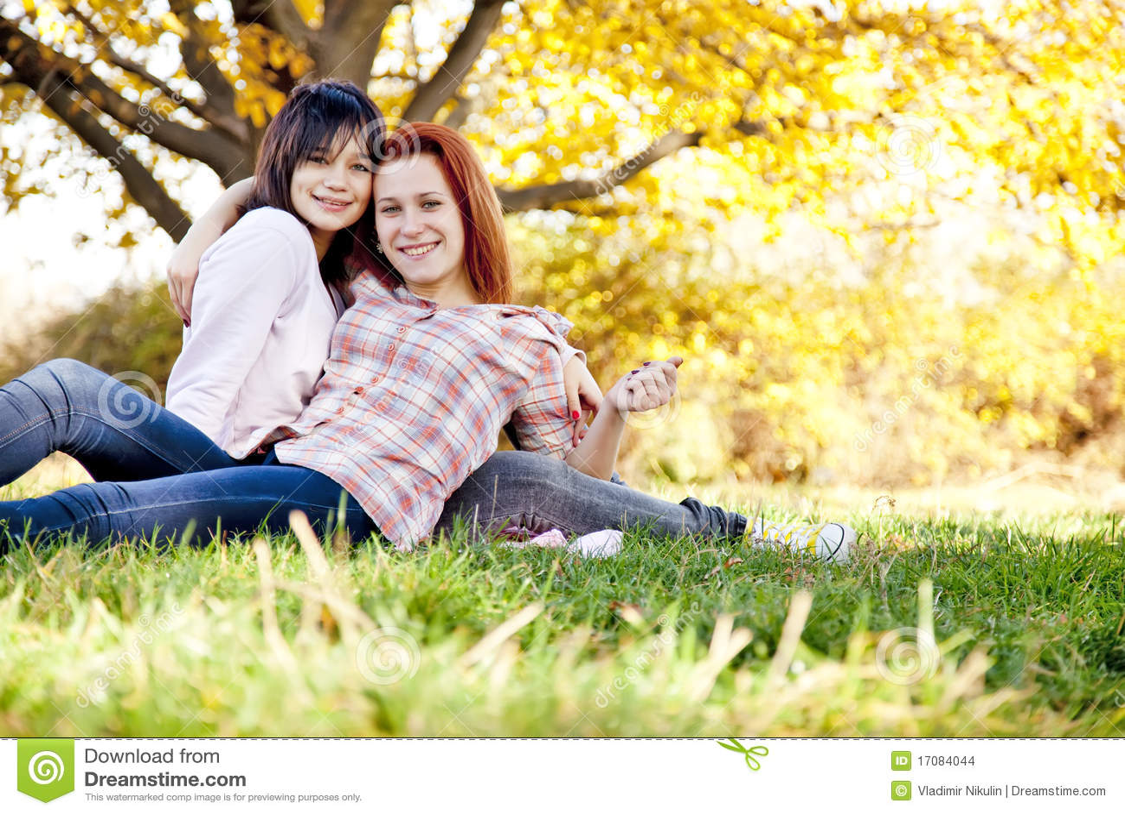 Twee mooie meisjes bij het de herfstpark