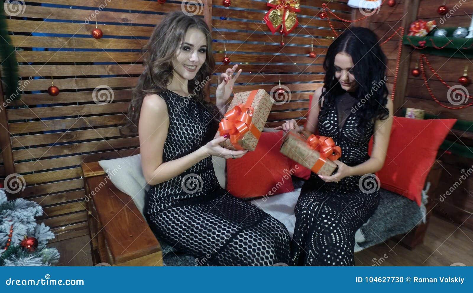Download Twee Mooie Meisjes In Zwarte Kleding Met Feestelijke Dozen In Hun Handen Stock Foto - Afbeelding bestaande uit steunen, wijfje: 104627730