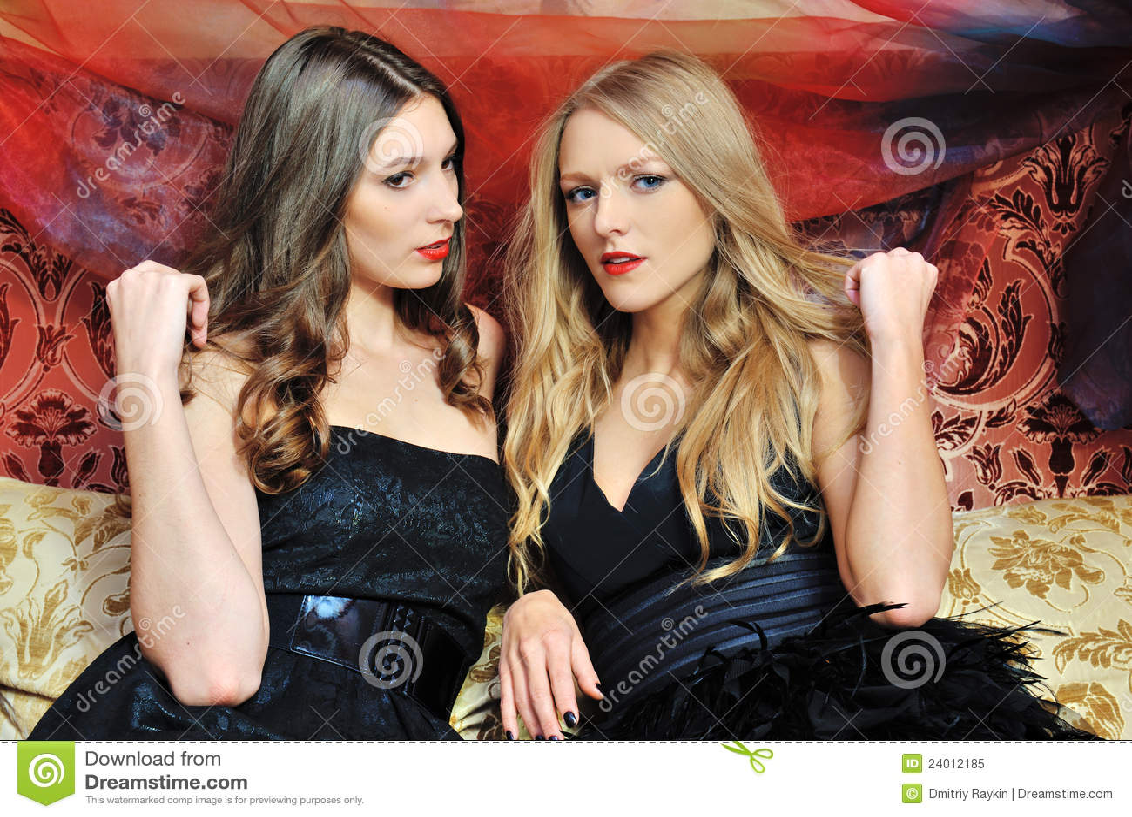 Twee mooie vrouwen in oosters binnenland