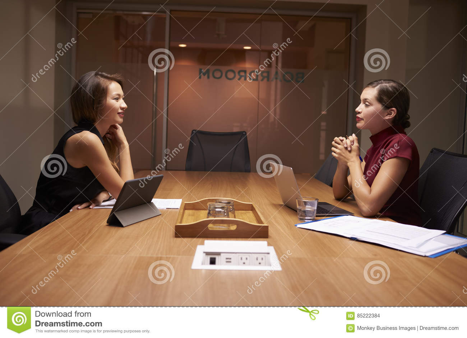 Twee onderneemsters die recente zitting tegenover elkaar werken