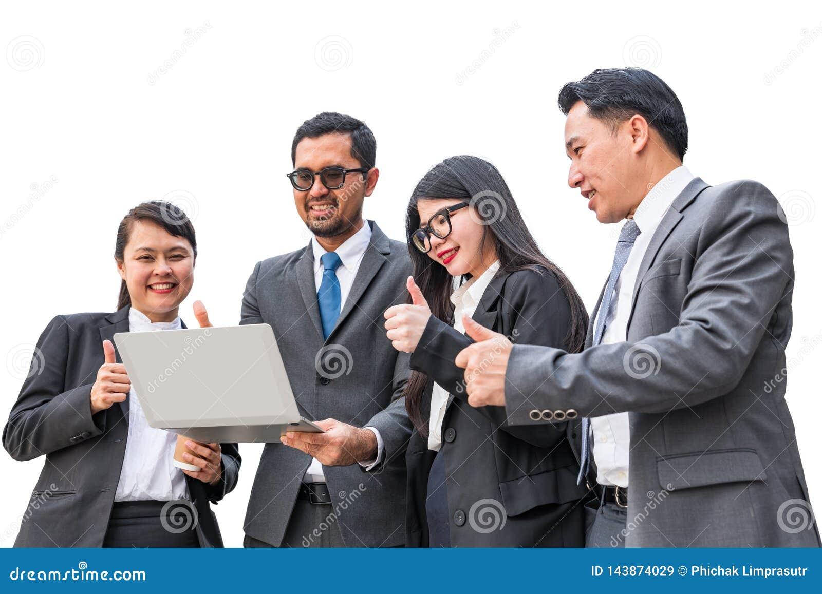 Twee onderneemsters en twee zakenlieden die notitieboekjecomputer bekijken en duim omhoog met het glimlachen gezichten opheffen