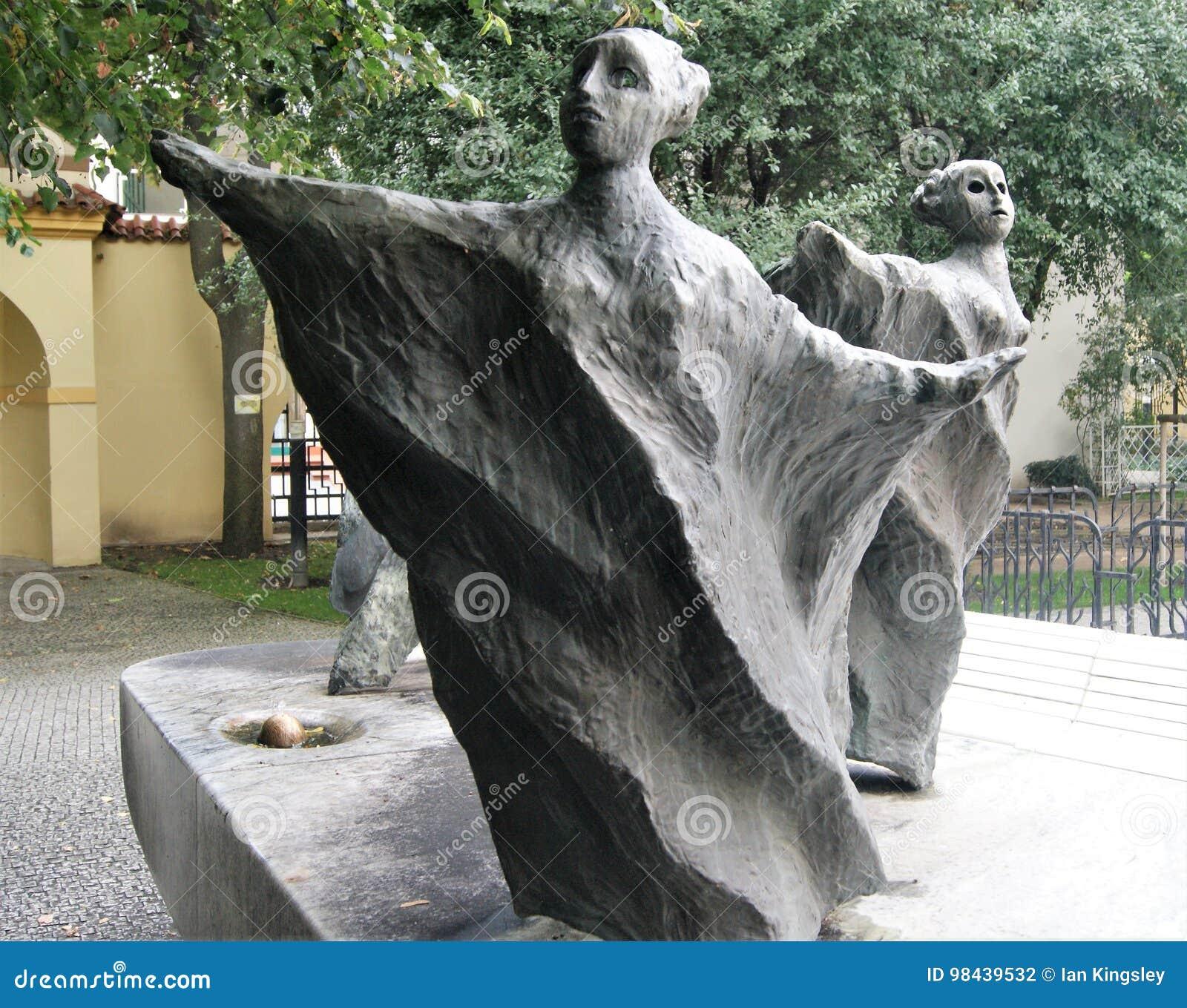 Twee Ongebruikelijke Vrouwelijke beeldhouwwerken in de Franciscan Tuin, Praag, Tsjechische Republiek