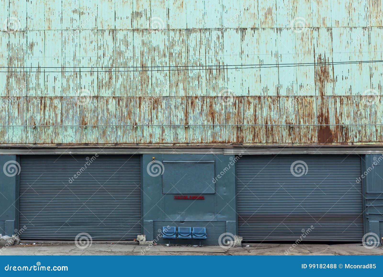 Twee oude garagedeuren van een pakhuis