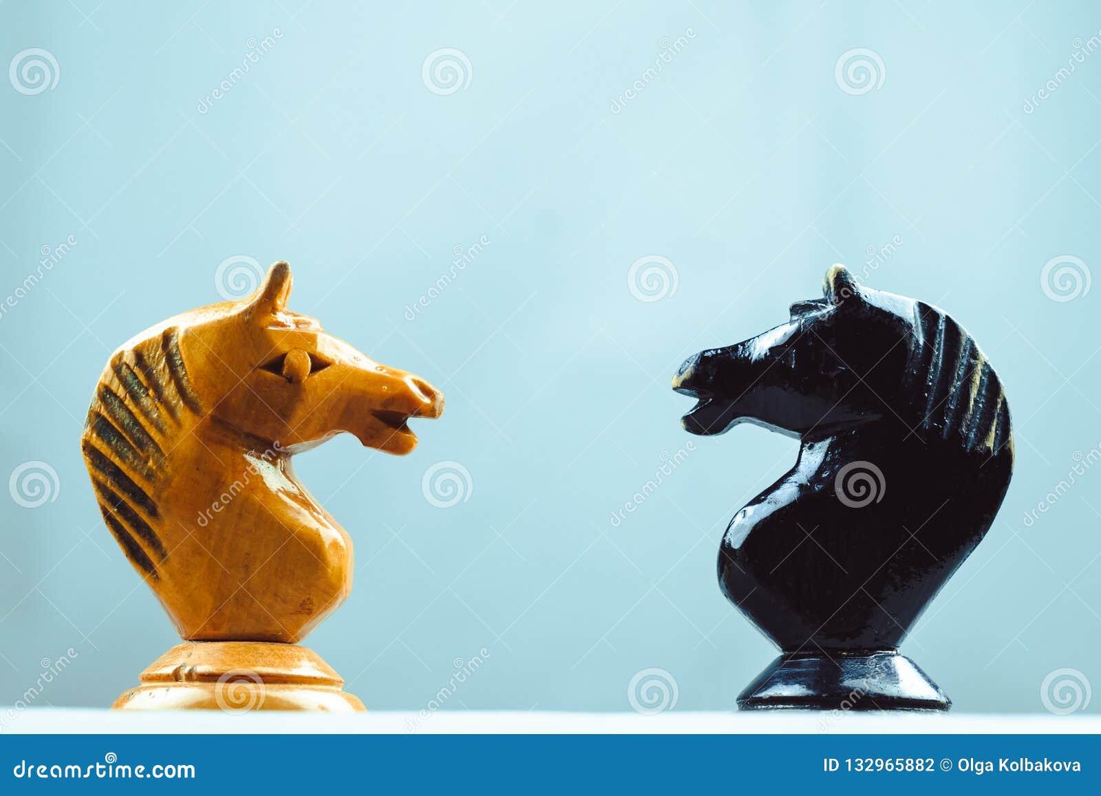Twee paardenschaakstukken
