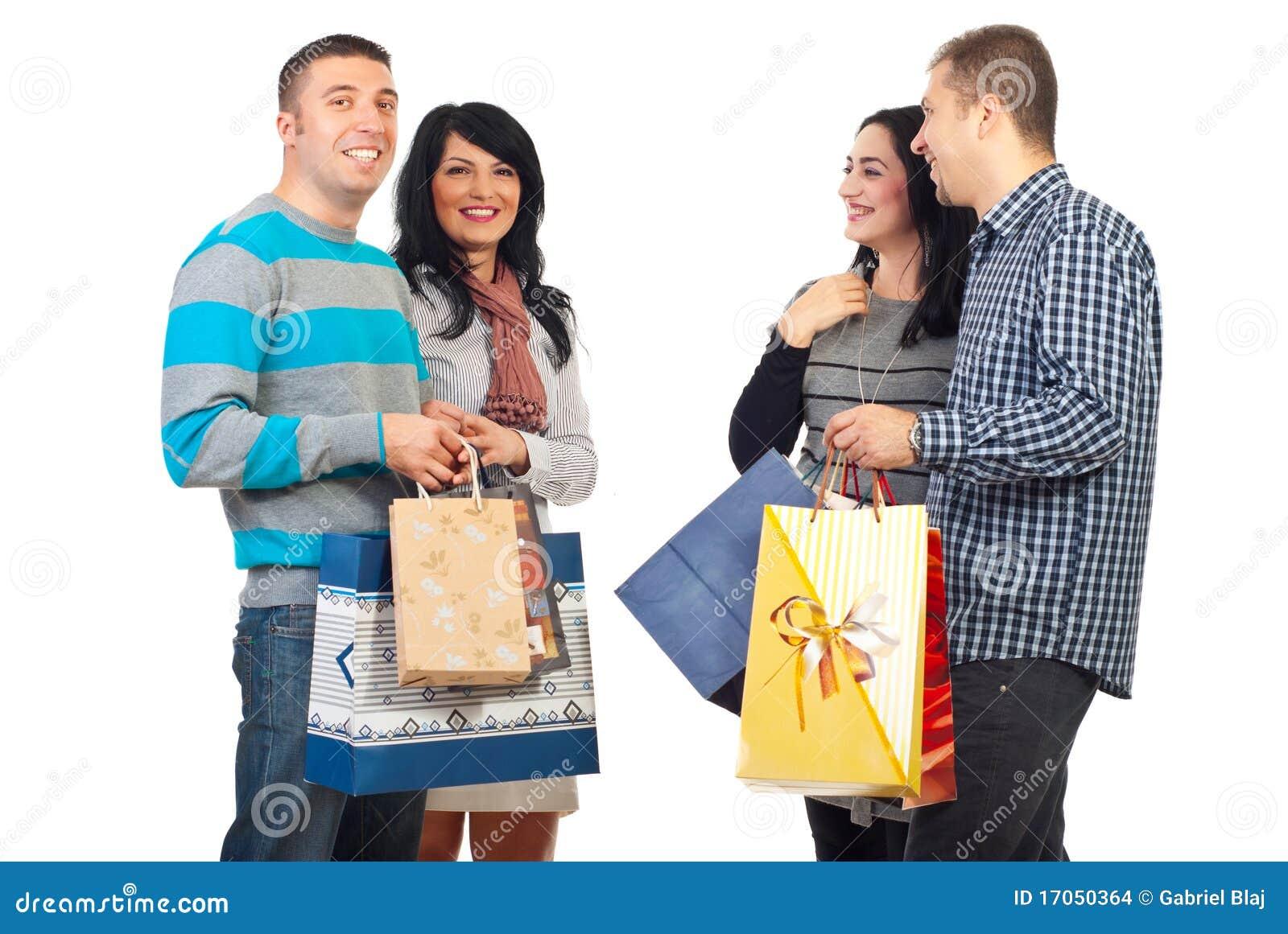 Twee paren met het winkelen zakken