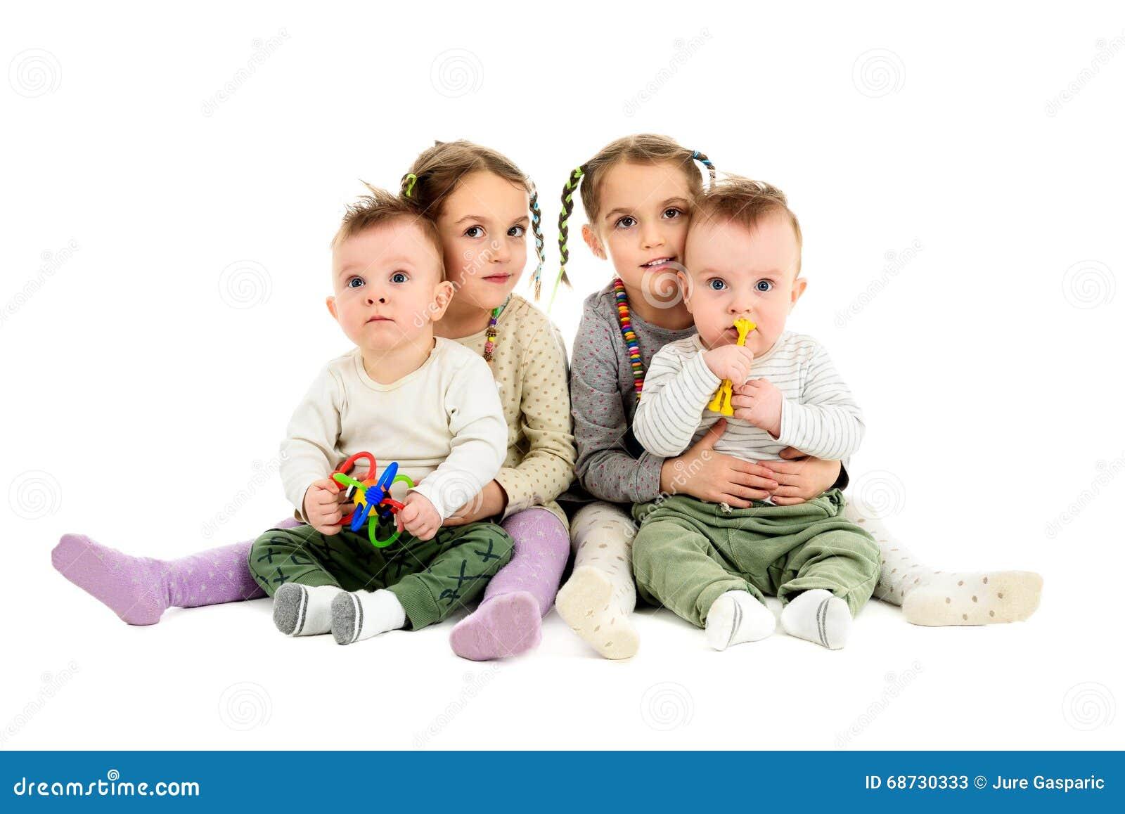 Twee paren reeksen tweelingen jongens en meisjes stock afbeelding afbeelding 68730333 - Twee meisjes en een jongen ...