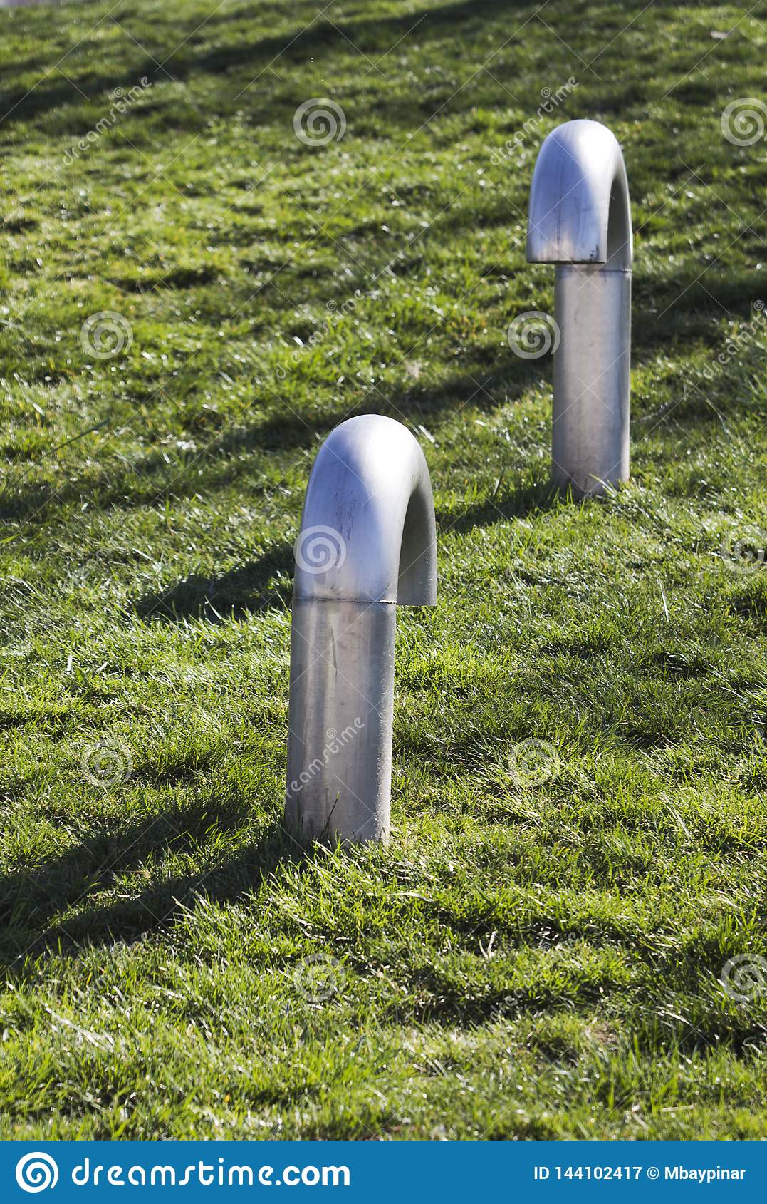 Twee pijpen van de metaalventilatie komen bij een park, klaar voor een uitdaging samen?