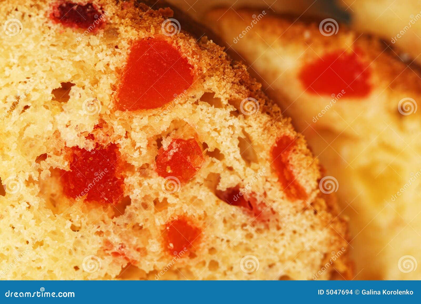 Twee plakken van vruchtencake sluiten omhoog