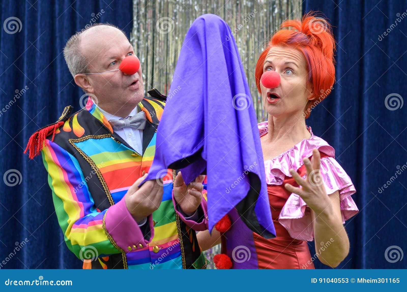 Twee rode besnuffelde uitvoerders letten op een het opheffen bal
