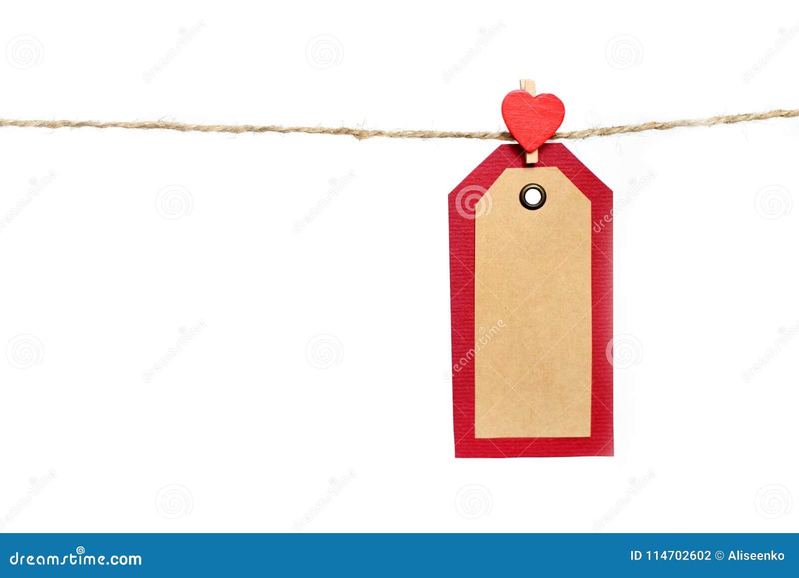 Twee rood en pakpapiermarkeringen die op de kabel door hartvorm hangen