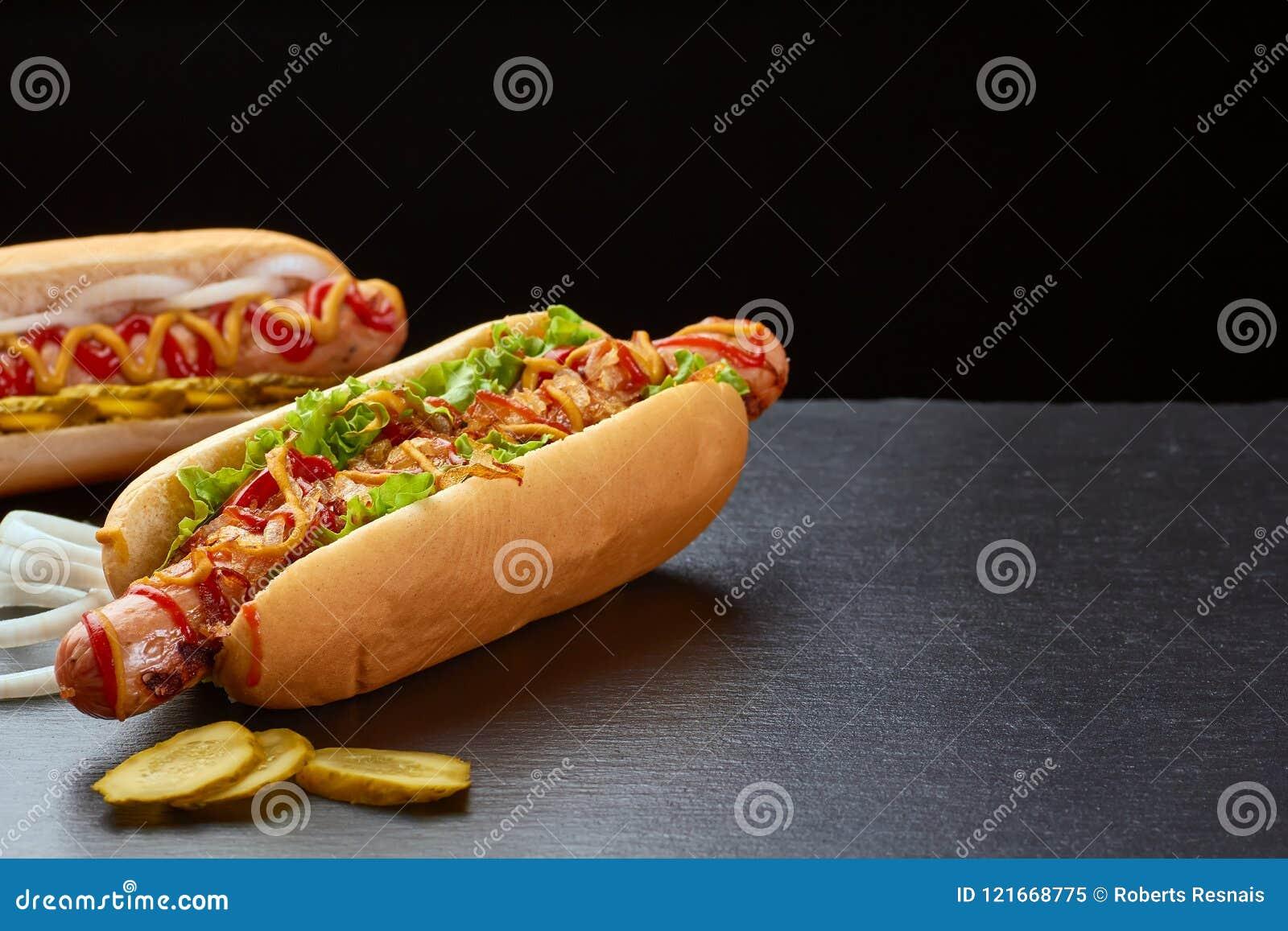 Twee sappige hotdogs op donkere leiachtergrond