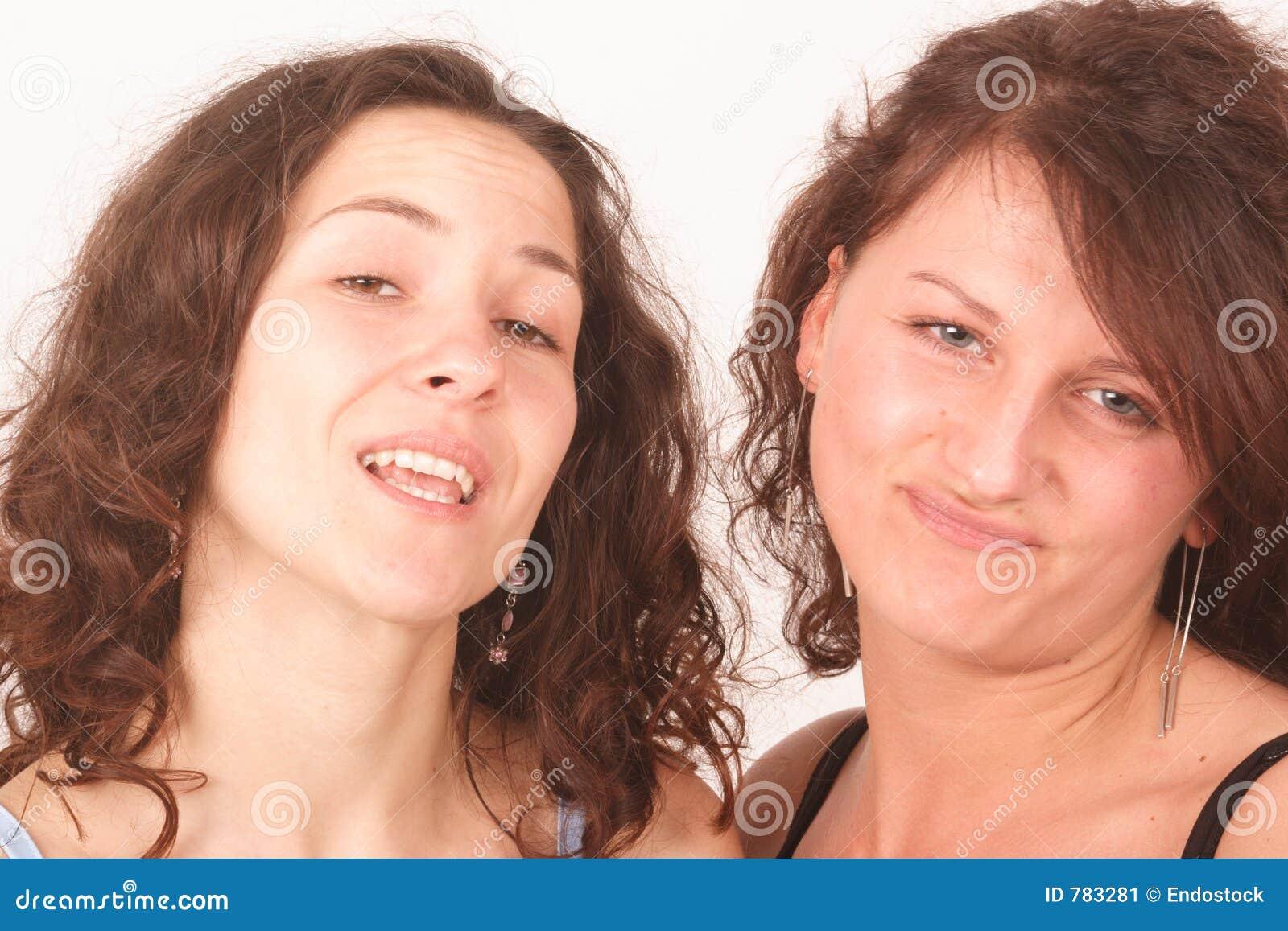 Twee sceptisch jong vrouwenportret