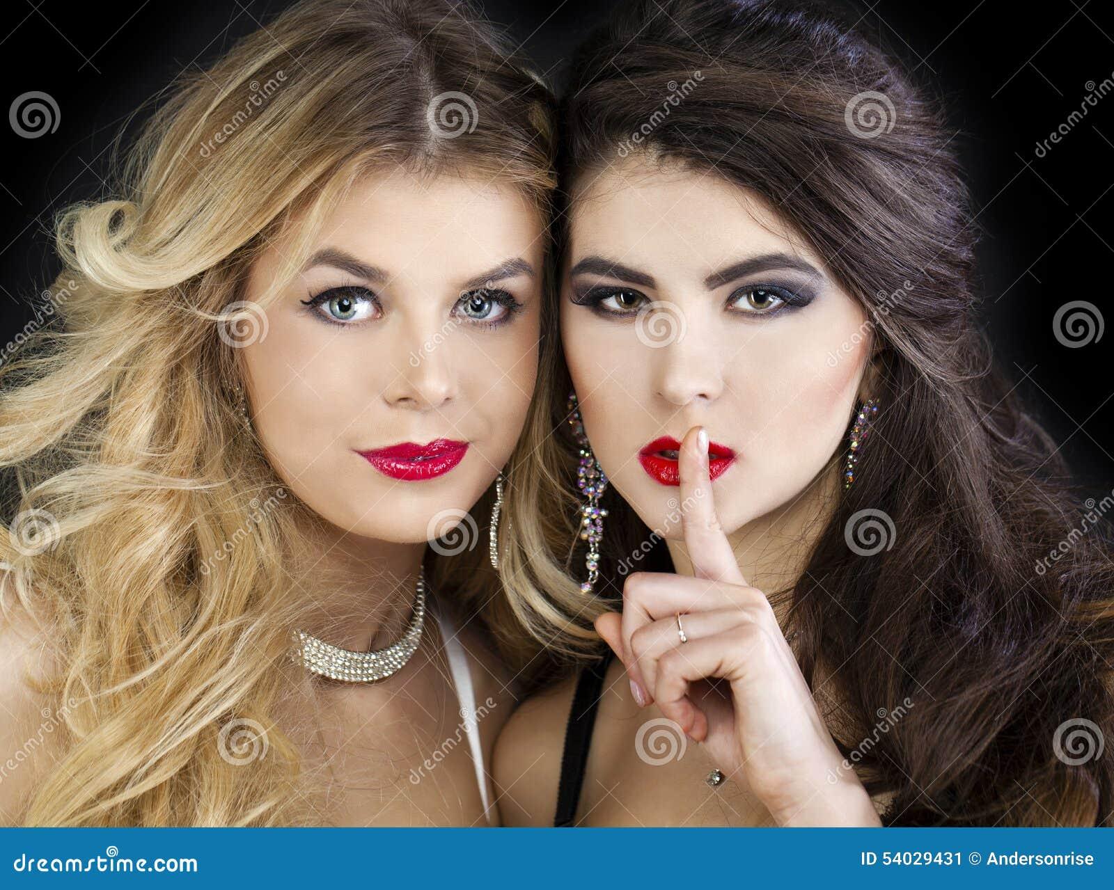 Twee sexy modellen, mooi blonde en brunette