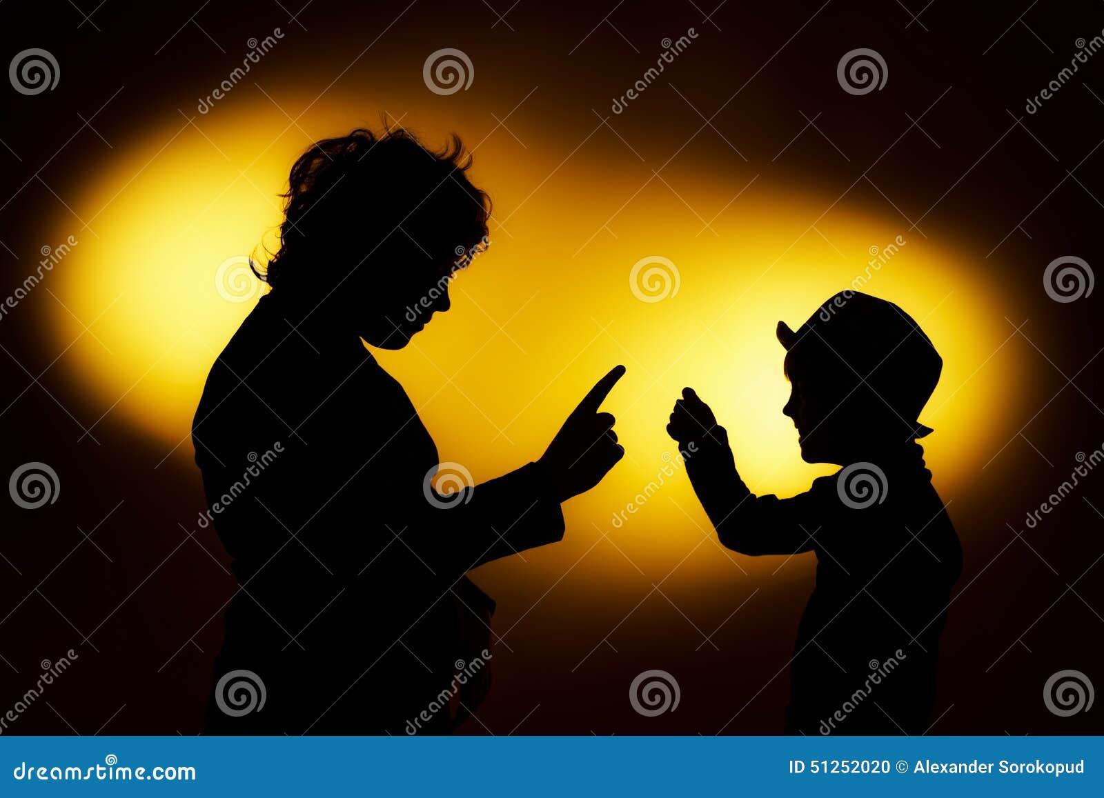 Twee silhouetten die van de expressieve jongen emoties tonen die gesticu gebruiken