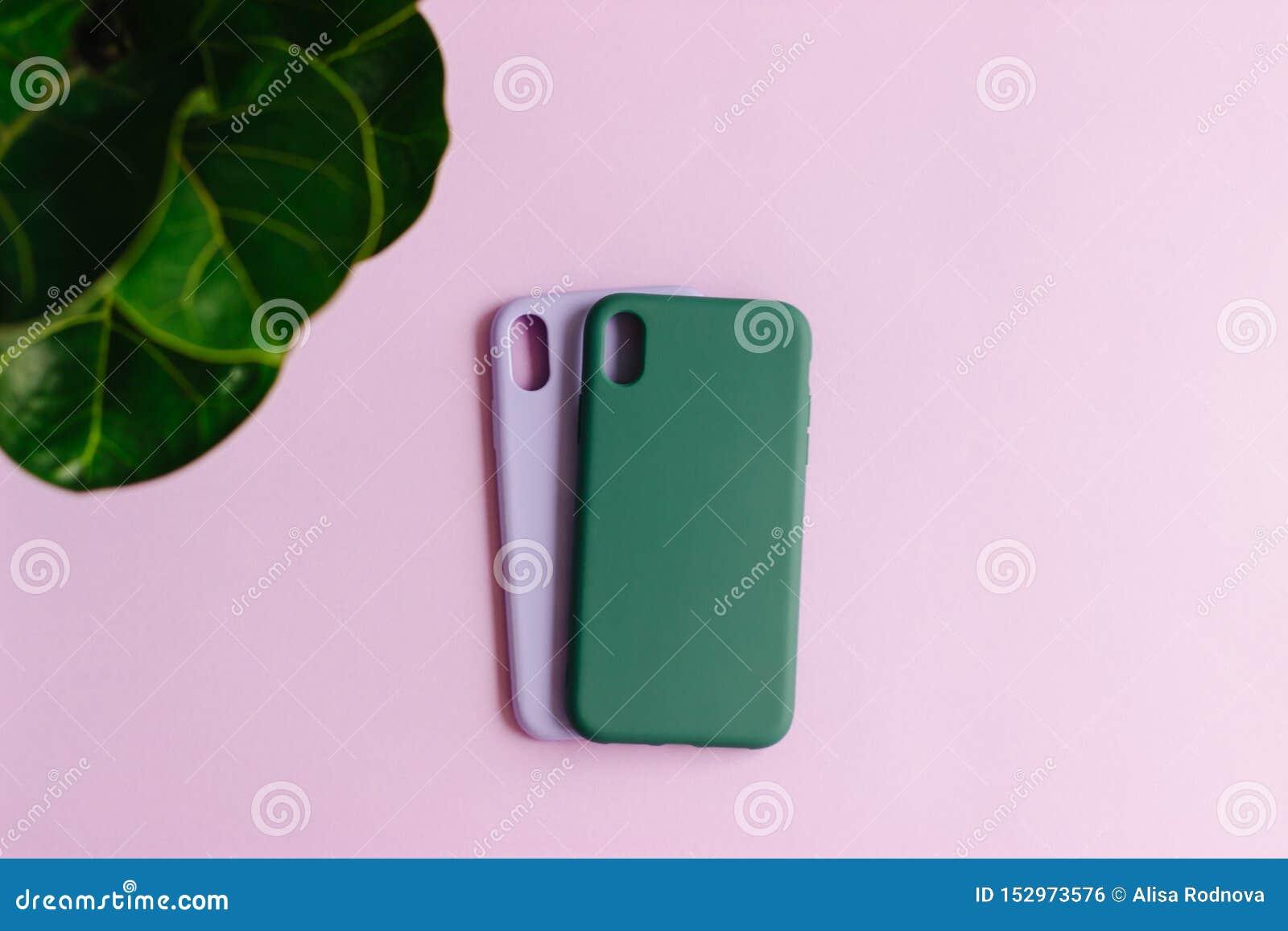 Twee siliconegevallen op pastelkleurachtergrond