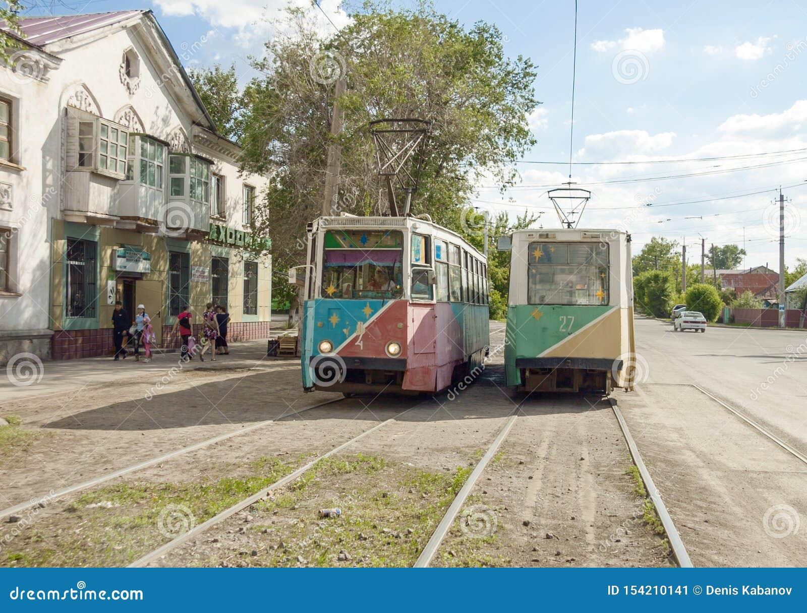 Twee sovjettrams bij straateinde Temirtau, Kazachstan