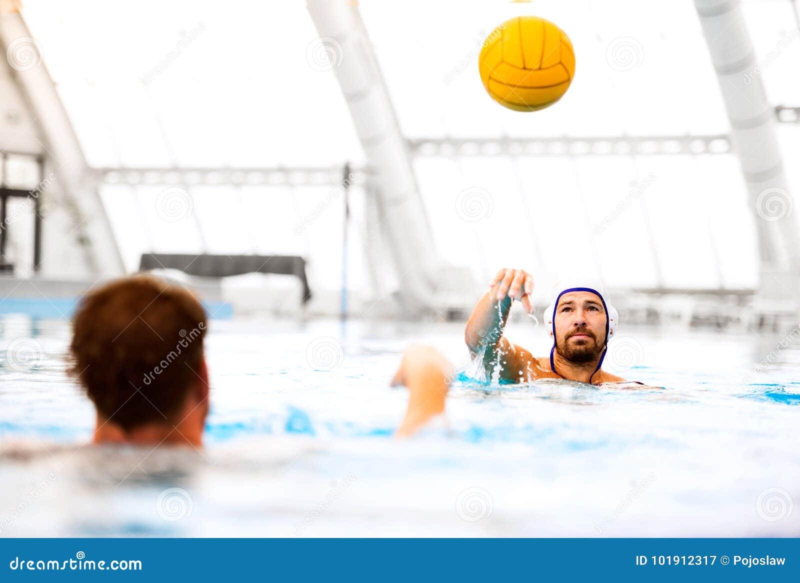 Twee spelers van het waterpolo in een zwembad