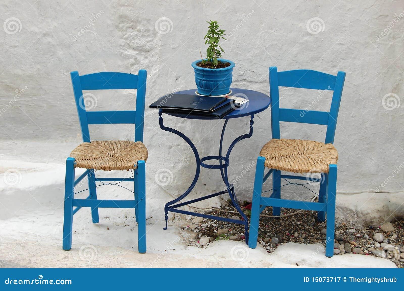 Twee stoelen buiten een grieks restaurant stock afbeelding for Buiten stoelen