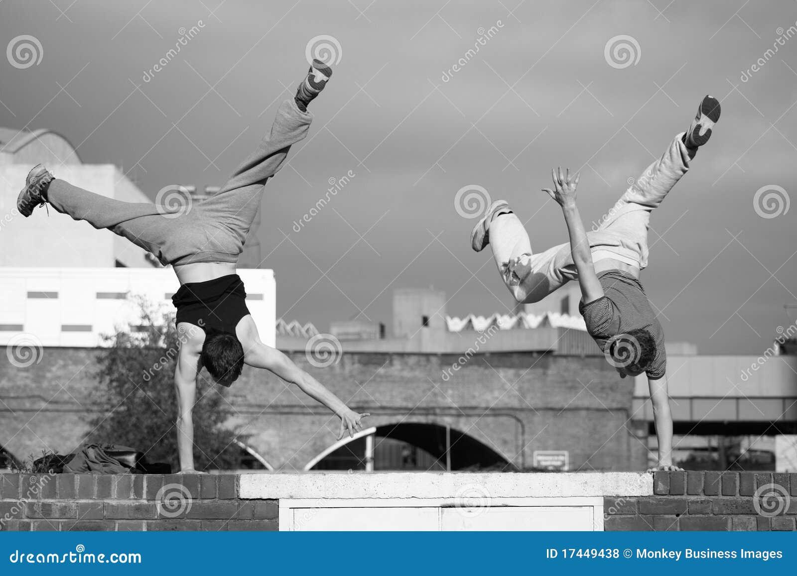 Twee tienerspraktijk het vrije lopen
