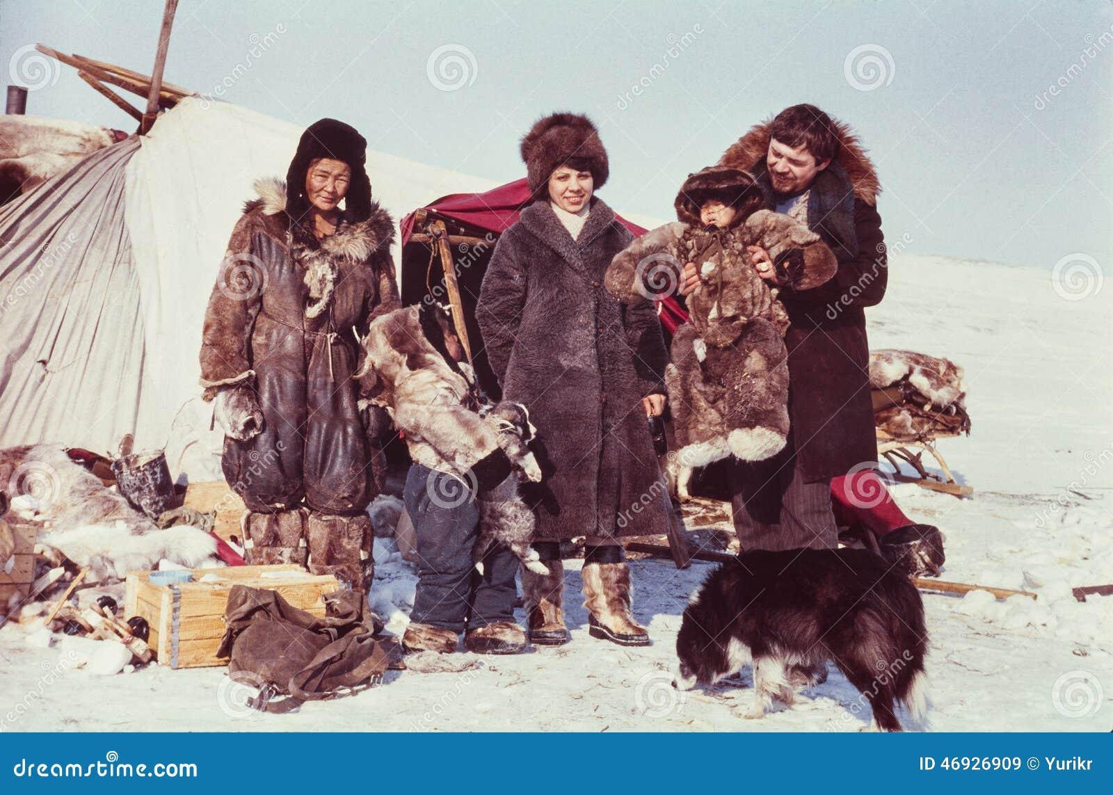 Twee toeristen (Kaukasische man en vrouw) het bezoeken verre post van de inheemse mensen