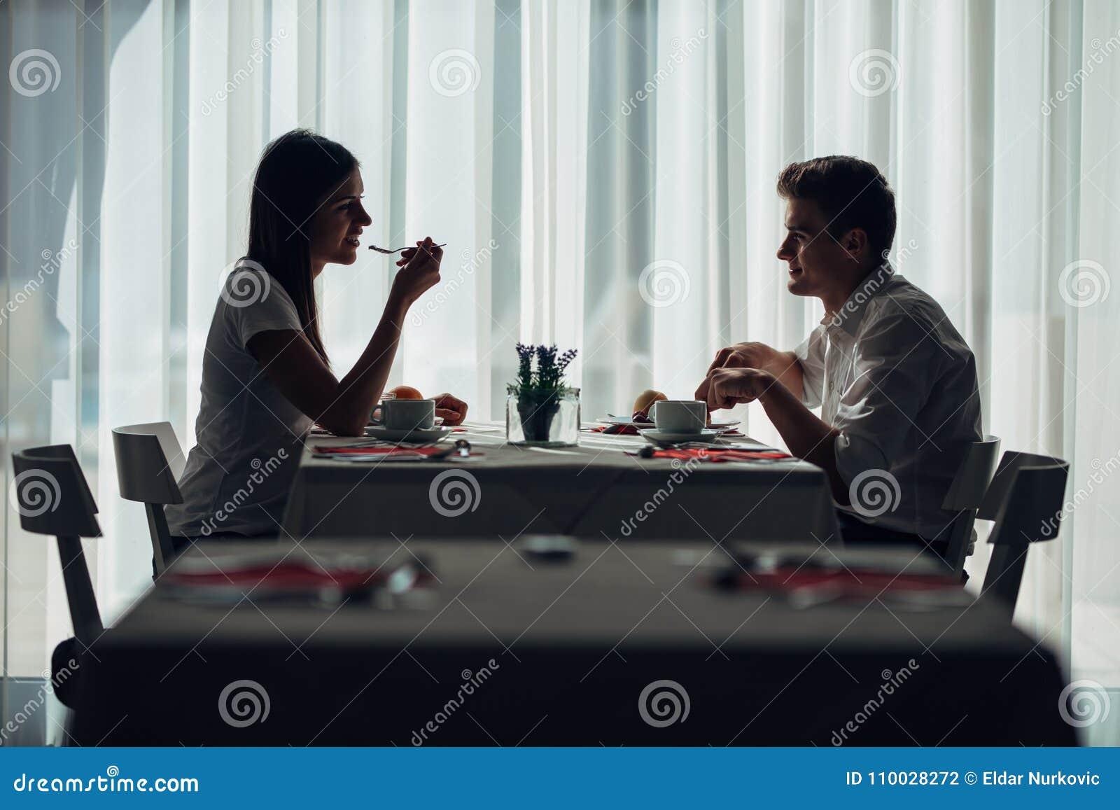 Twee toevallige jonge volwassenen die een gesprek over een maaltijd hebben Formeel voorstel, die in een restaurant spreken Het pr
