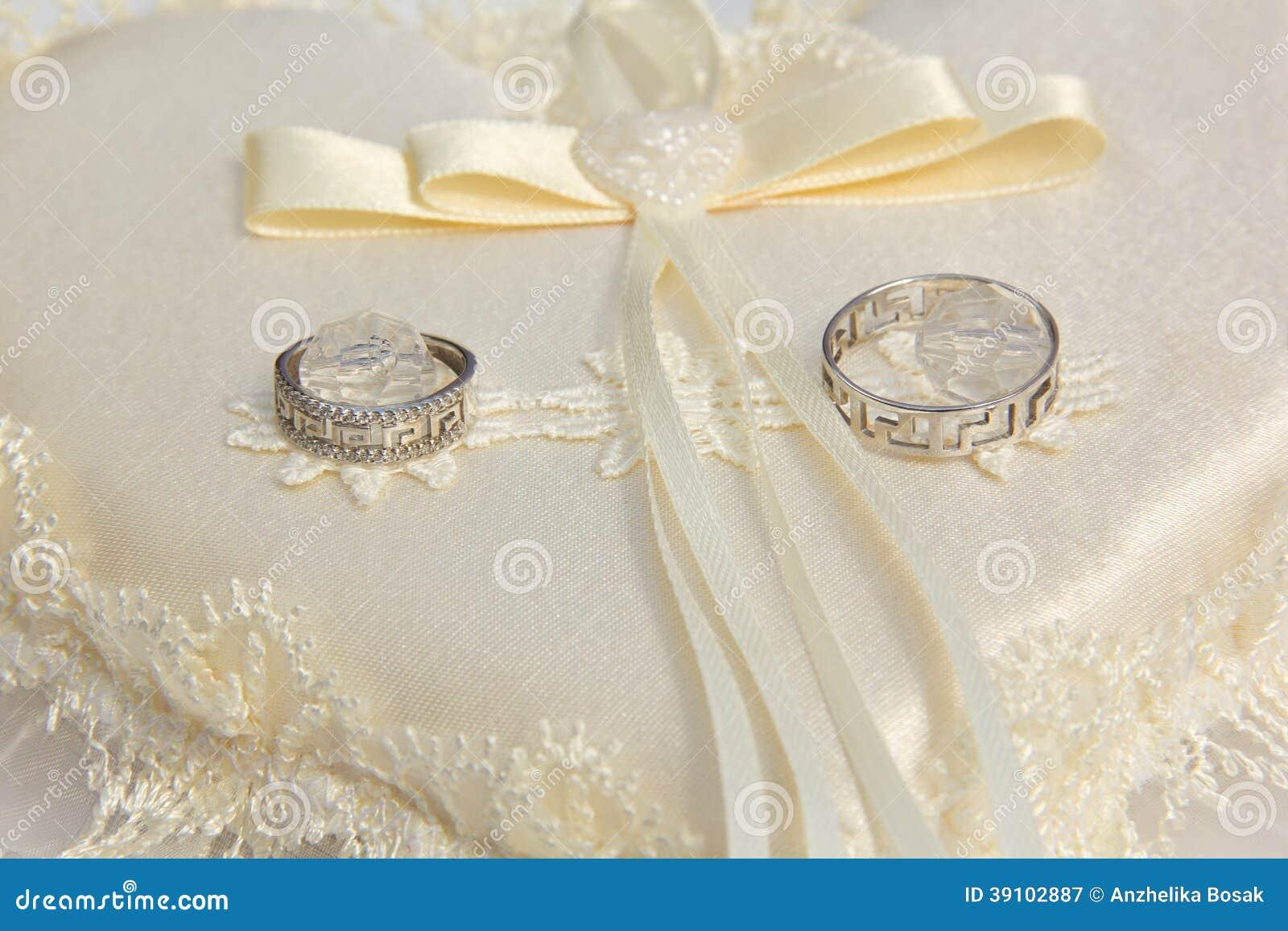 Twee trouwringen op een kussen