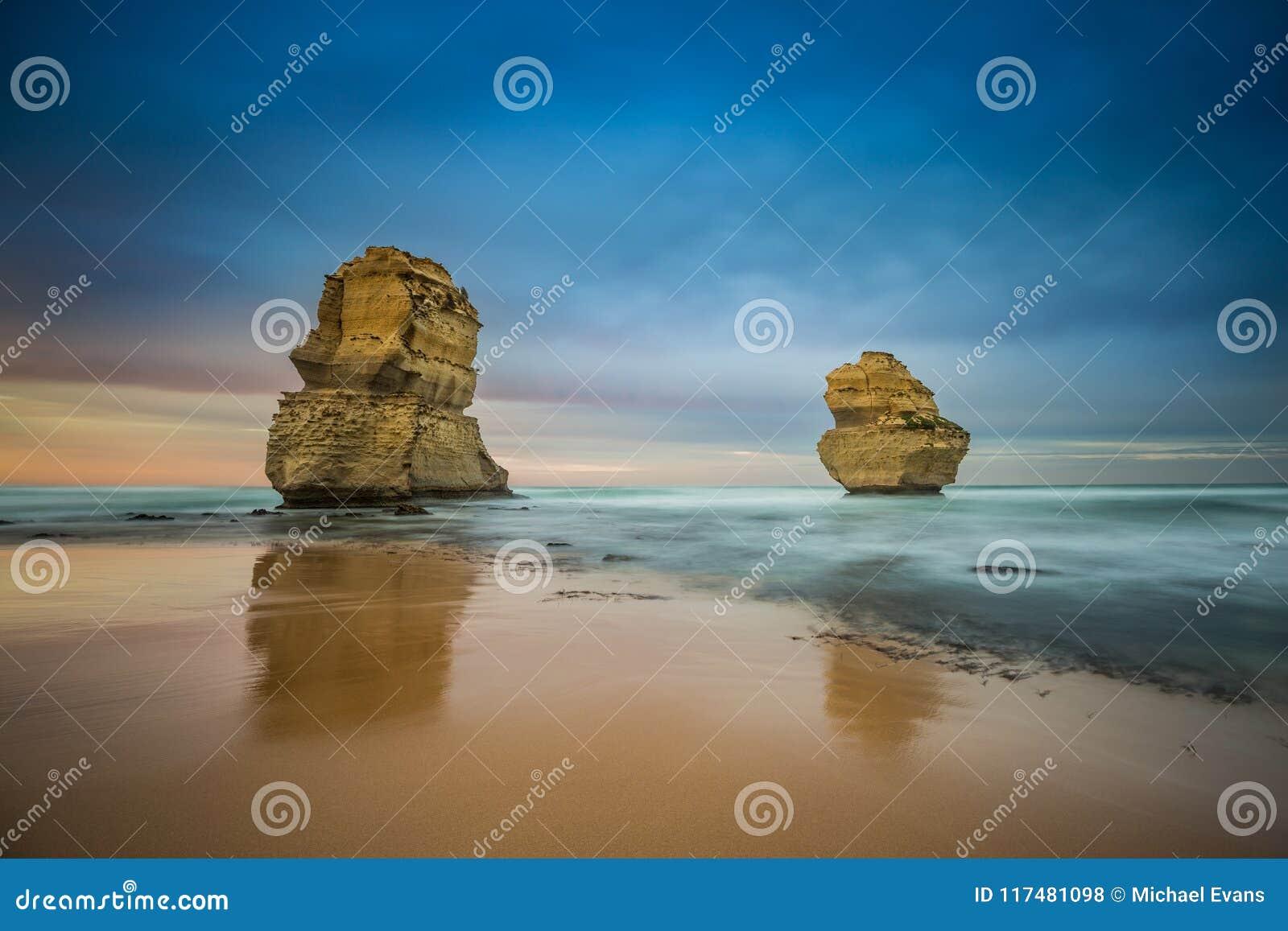 Twee van de twaalf apostelen bij zonsopgang van Gibsons-strand, Groot