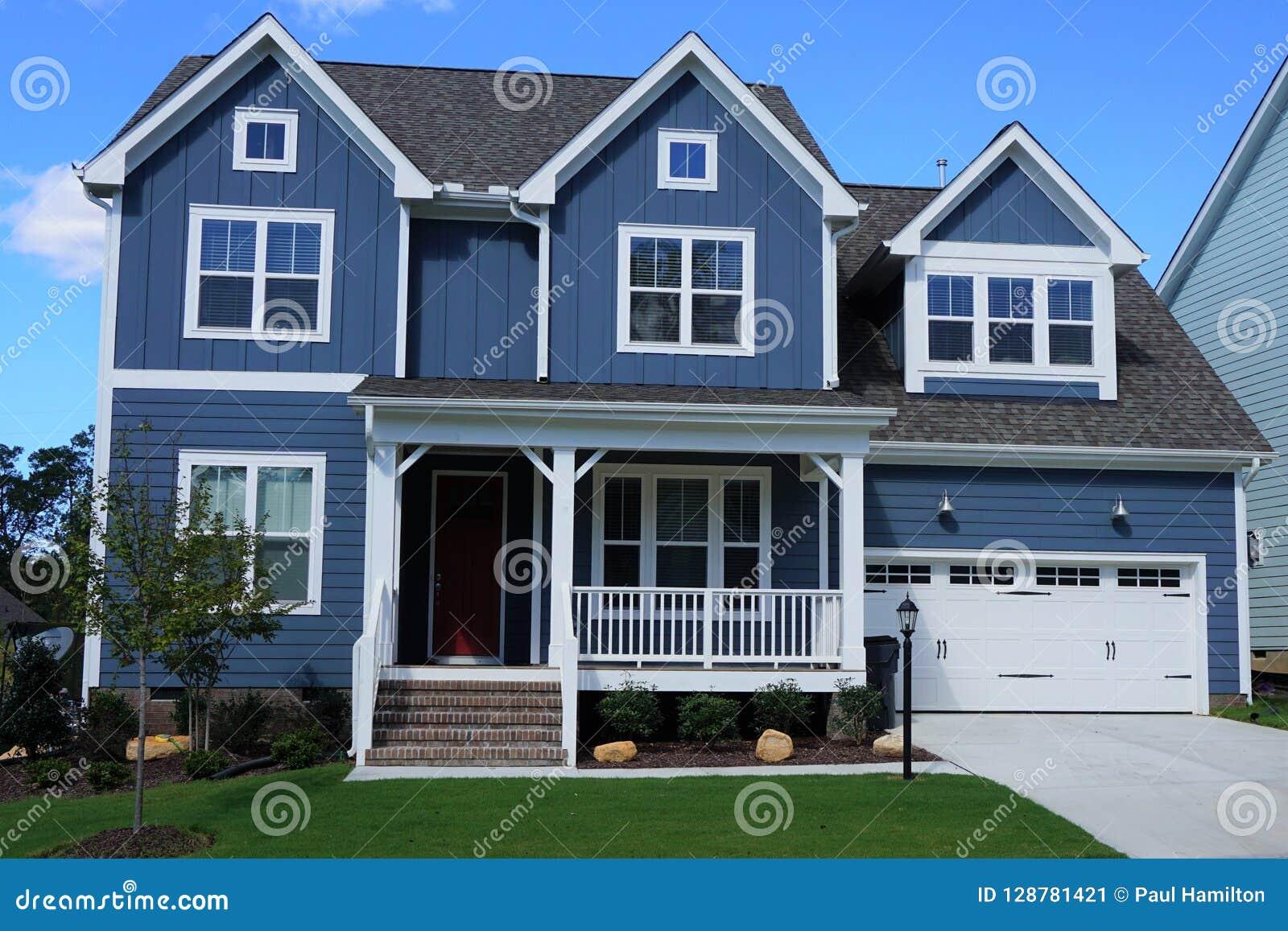Twee-verhaal, blauw, in de voorsteden huis in een buurt in Noord-Carolina