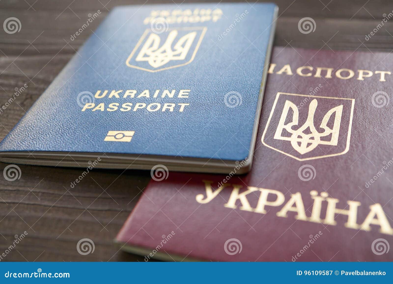 Twee versies van Oekraïense paspoort rode en blauwe documenten