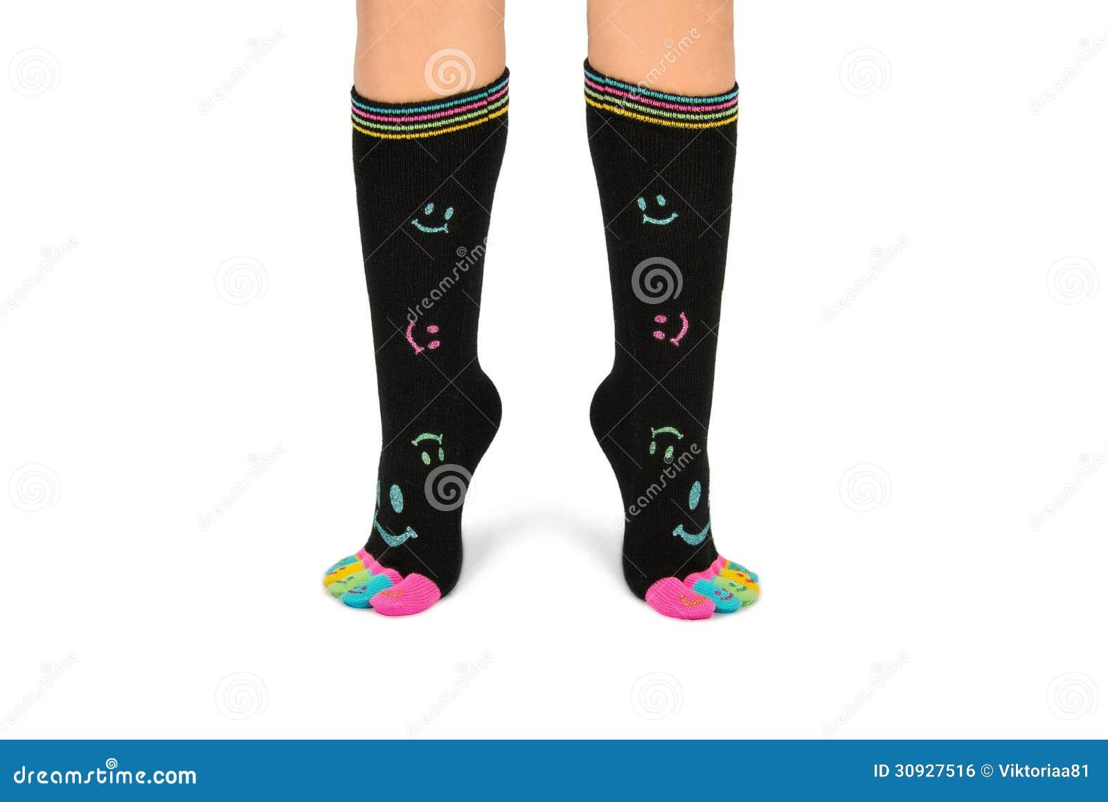 Twee voet in gelukkige sokken met tenen