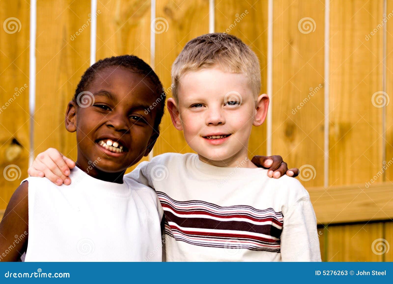 Twee vrienden die buiten spelen