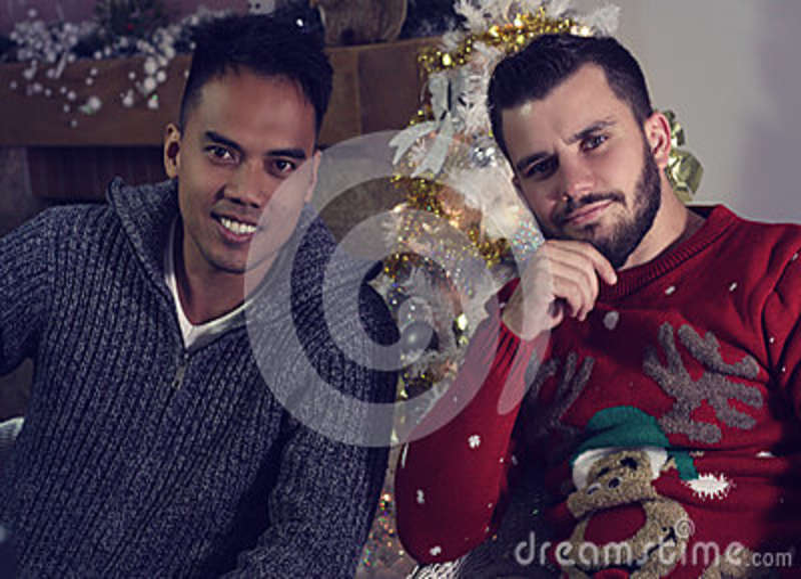 Twee vrienden die voor Kerstmis stellen