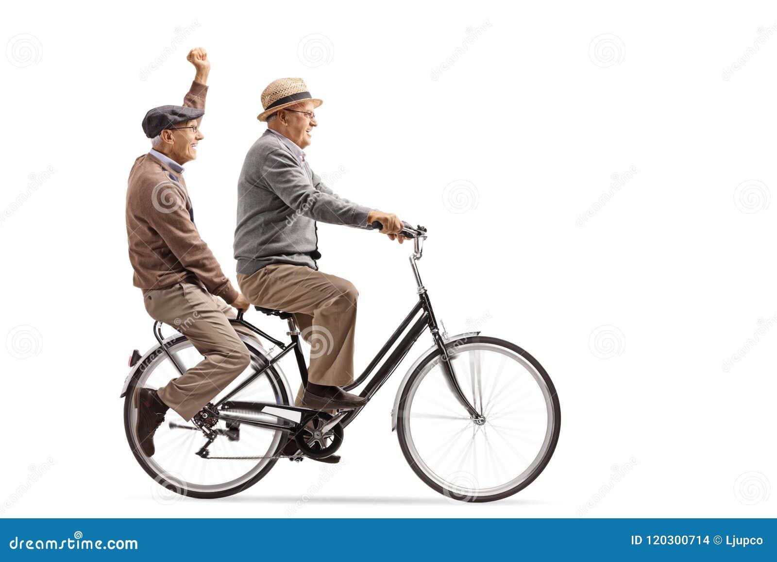 Twee vrolijke bejaarden die een fiets samen berijden
