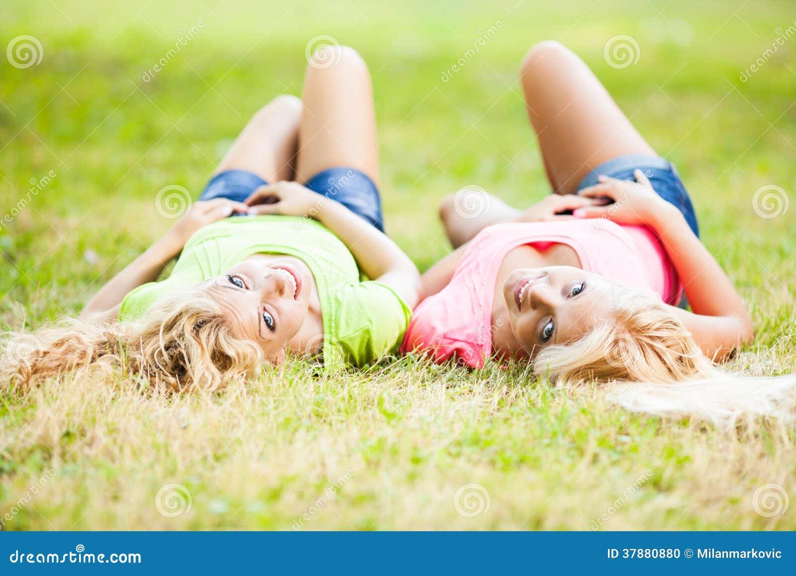Twee vrolijke Vrienden in het park