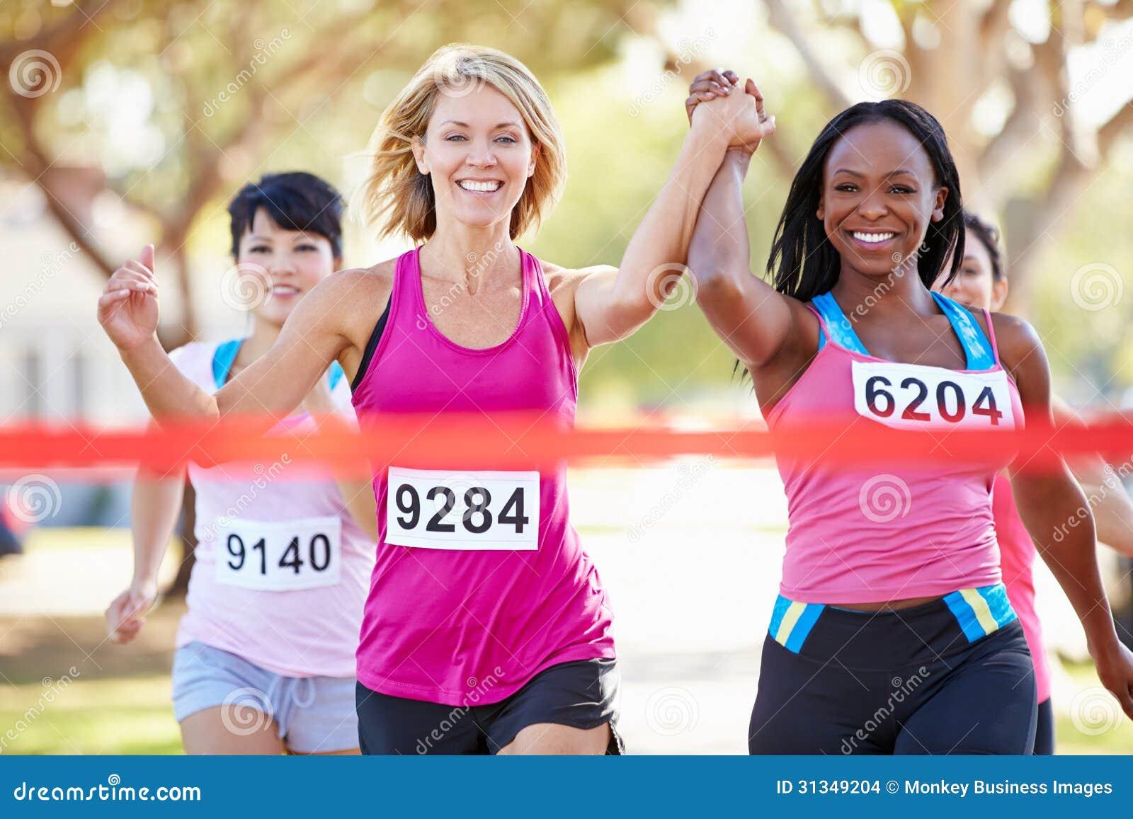 Twee Vrouwelijke Agenten die Race samen beëindigen