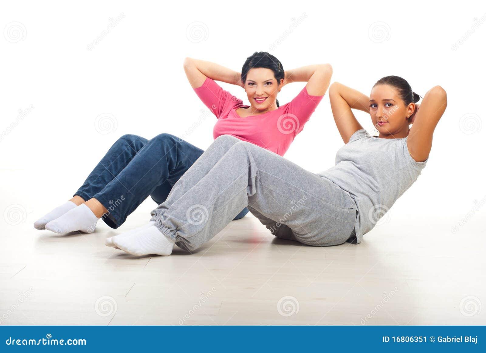 Twee vrouwen die abs doen