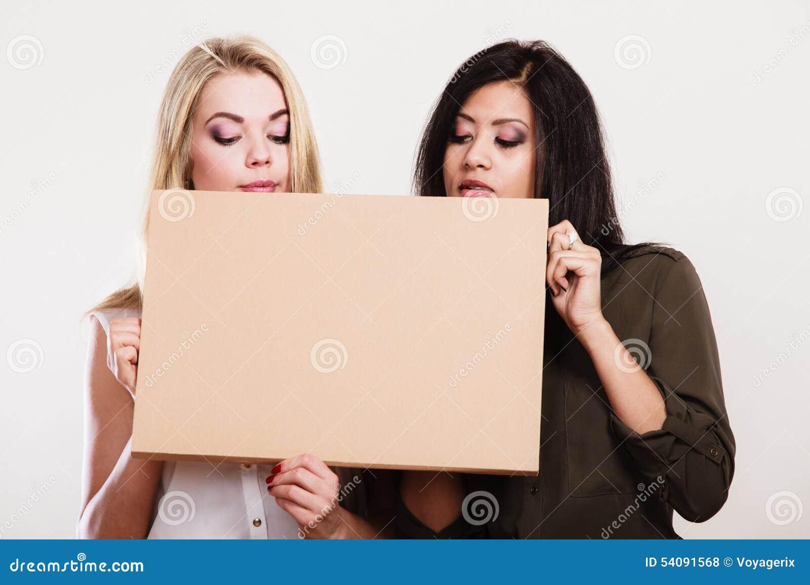 Twee vrouwen die lege raad houden