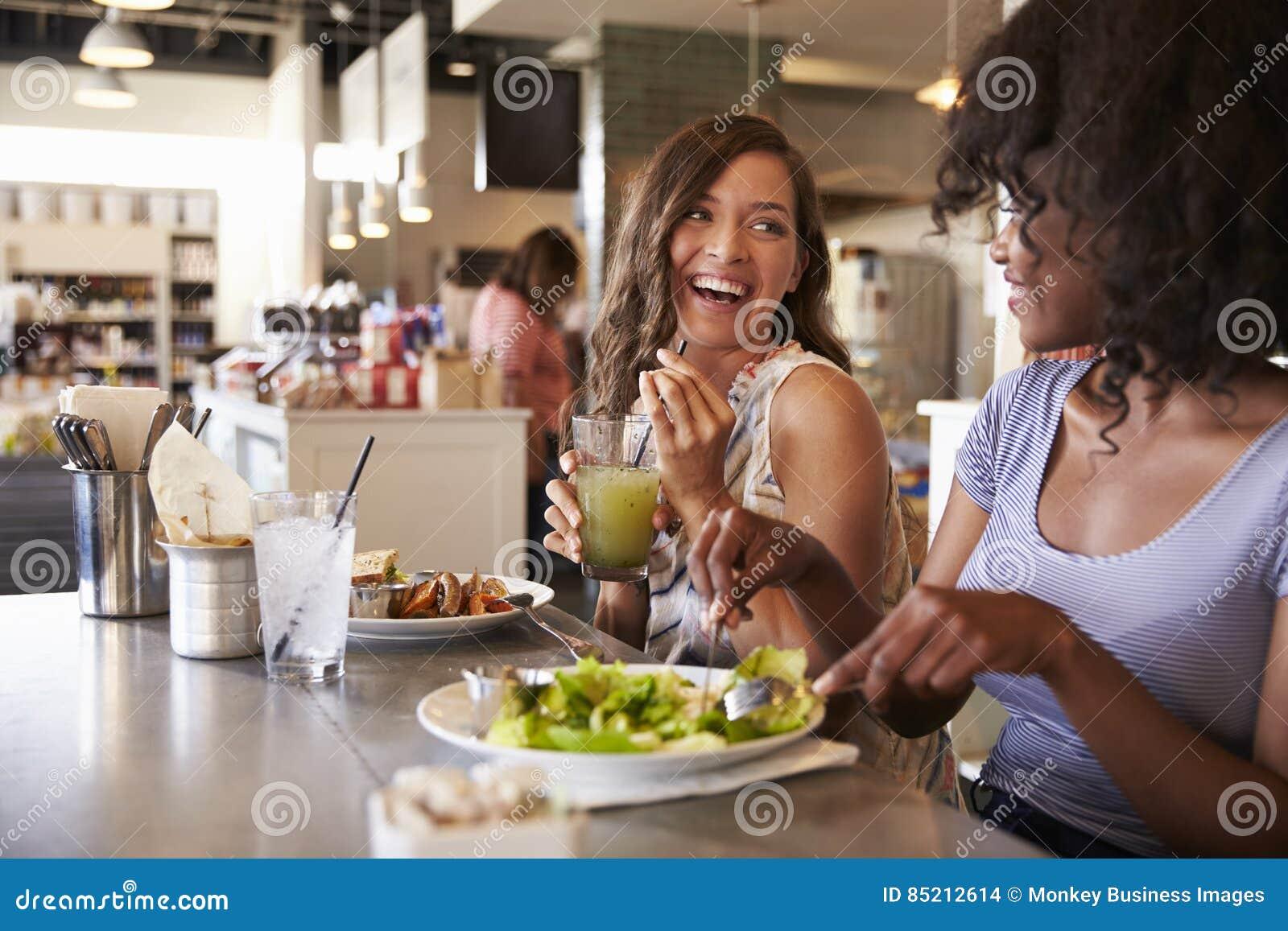 Twee Vrouwen die Lunch van Datum in Delicatessenrestaurant genieten